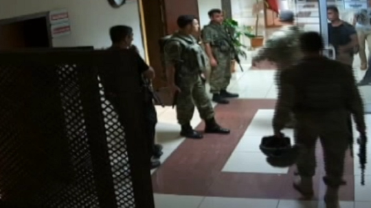 Путчисты приехали к зданию суда Диярбакыра на бронетранспортере