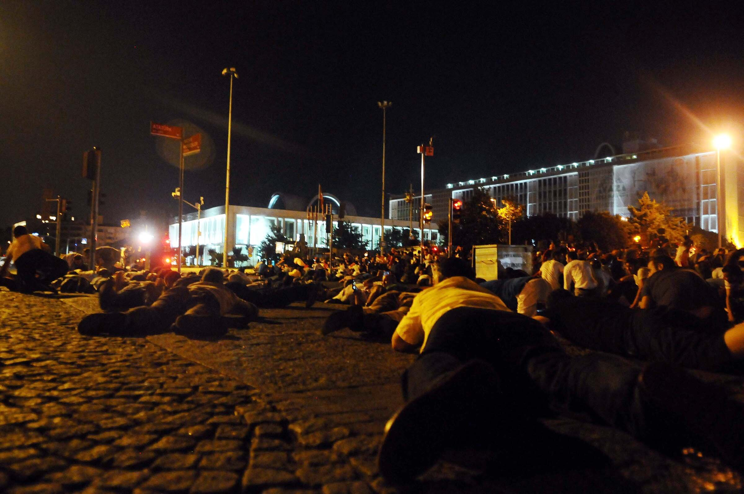 The people who gathered outside of the İBB building, which was the scene of some of the severest clashes in Istanbul, took shelter by lying down after soldiers started firing.
