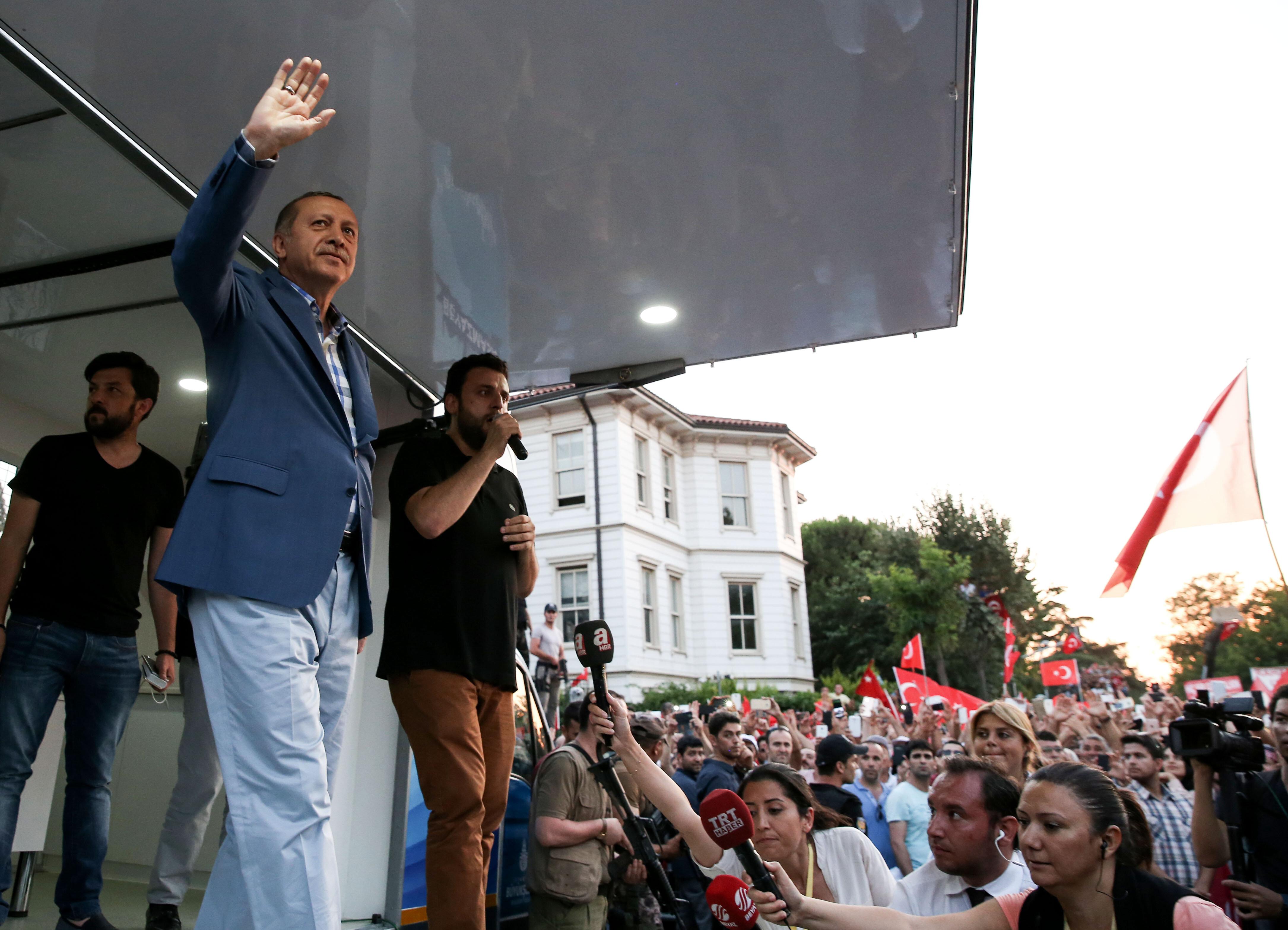 Cumhurbaşkanı Erdoğan, bölücü terör örgütü FETÖ mensuplarının darbe girişimine tepki  göstermek amacıyla Üsküdar Kısıklı'da toplanan vatandaşlara seslendi.