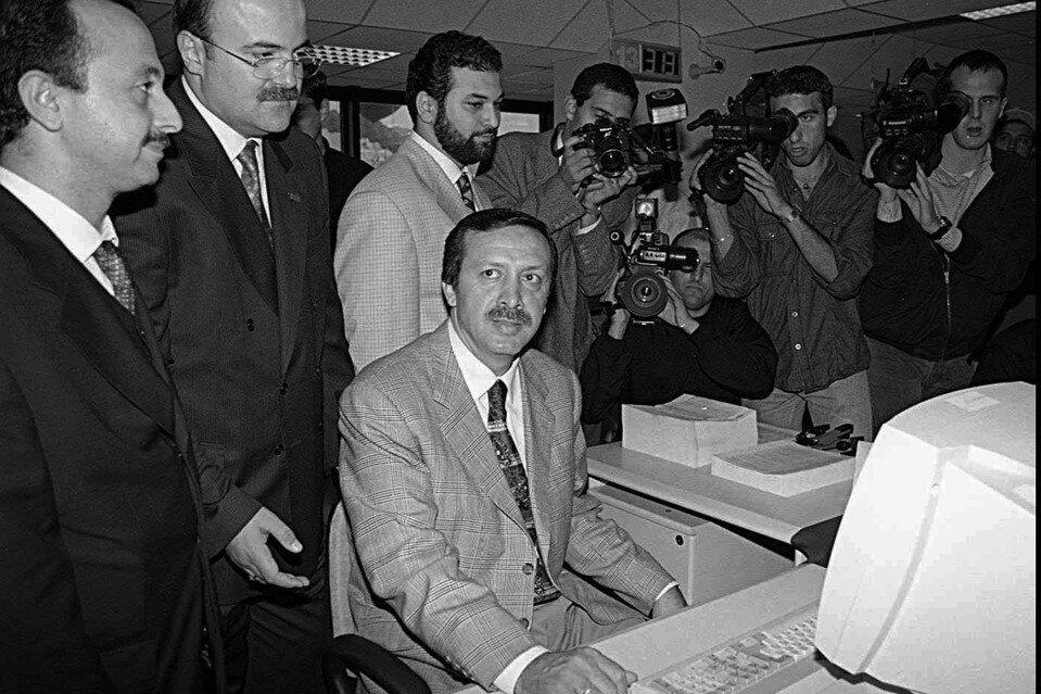 1983 yılında kurulan Refah Partisi ile fiilî siyasete geri dönen Recep Tayyip Erdoğan, 1984 yılında Refah Partisi Beyoğlu İlçe Başkanı, 1985 yılında ise Refah Partisi İstanbul İl Başkanı ve Refah Partisi MKYK üyesi oldu.