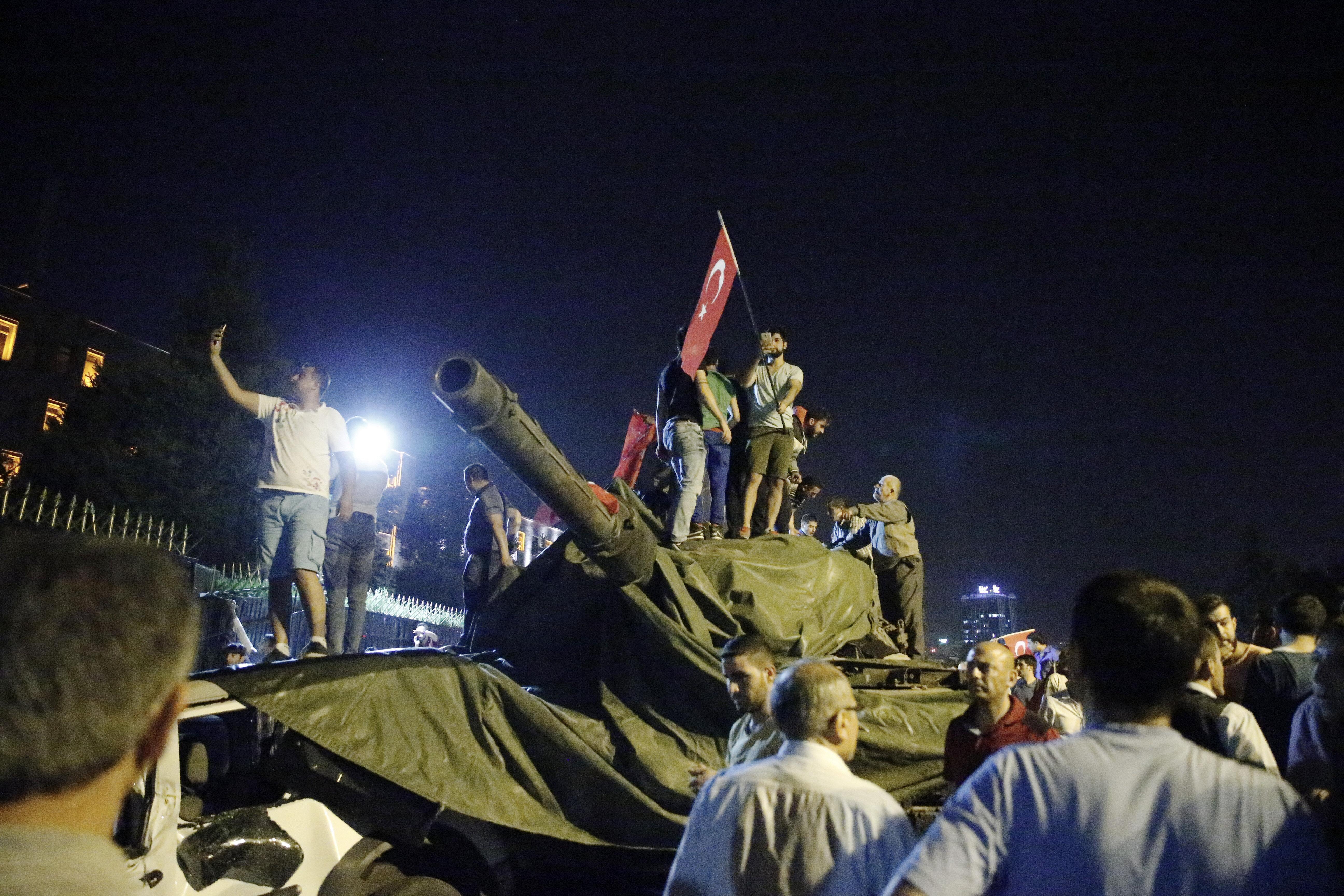 Sürekli hareket halinde bulunan tankların üzerinde katlanmış vaziyette bulunan brandaları alarak tankların üzerine örttü ve darbeci askerlerin görüş alanını kapattı. Böylece darbecilerin kontrolündeki tank etkisiz hale getirildi.