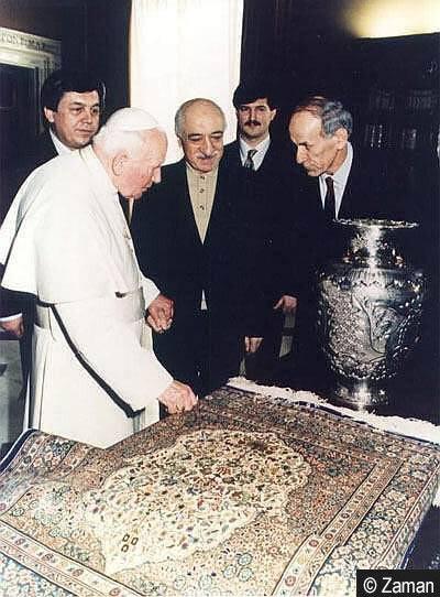 9 Şubat 1998'te Papa II. Jean Paul ile görüşen Gülen, burada üst düzey bir isim gibi karşılandı. Gülen söz konusu ziyareti dinlerarası diyalog için önemli bir adım olarak değerlendirir. Gülen ve ekibi Papa ile 30 dakikalık bir görüşme gerçekleştirirken, Gülen'e en yakın isimlerden olan Alaattin Kaya Papa'nın elini öptü.