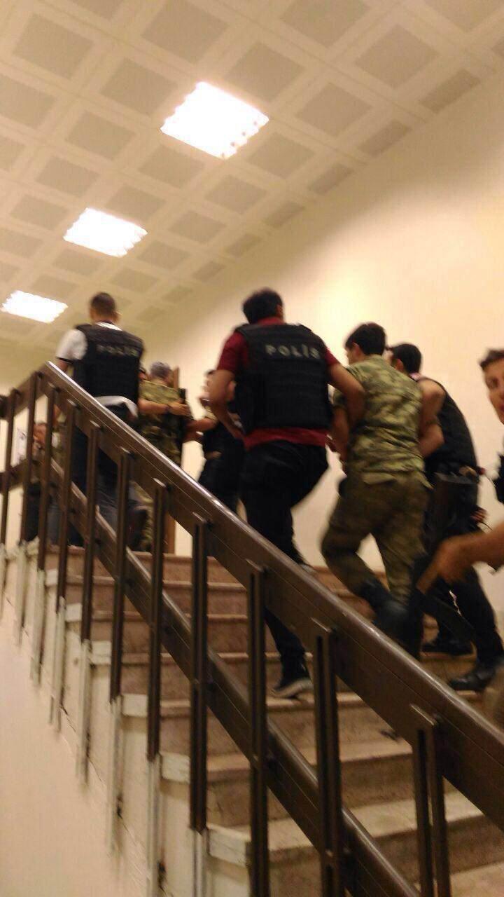 İstanbul Vatan Caddesi'nde 1 albay ile 3 asker, emniyet güçleri tarafından gözaltına alındı.
