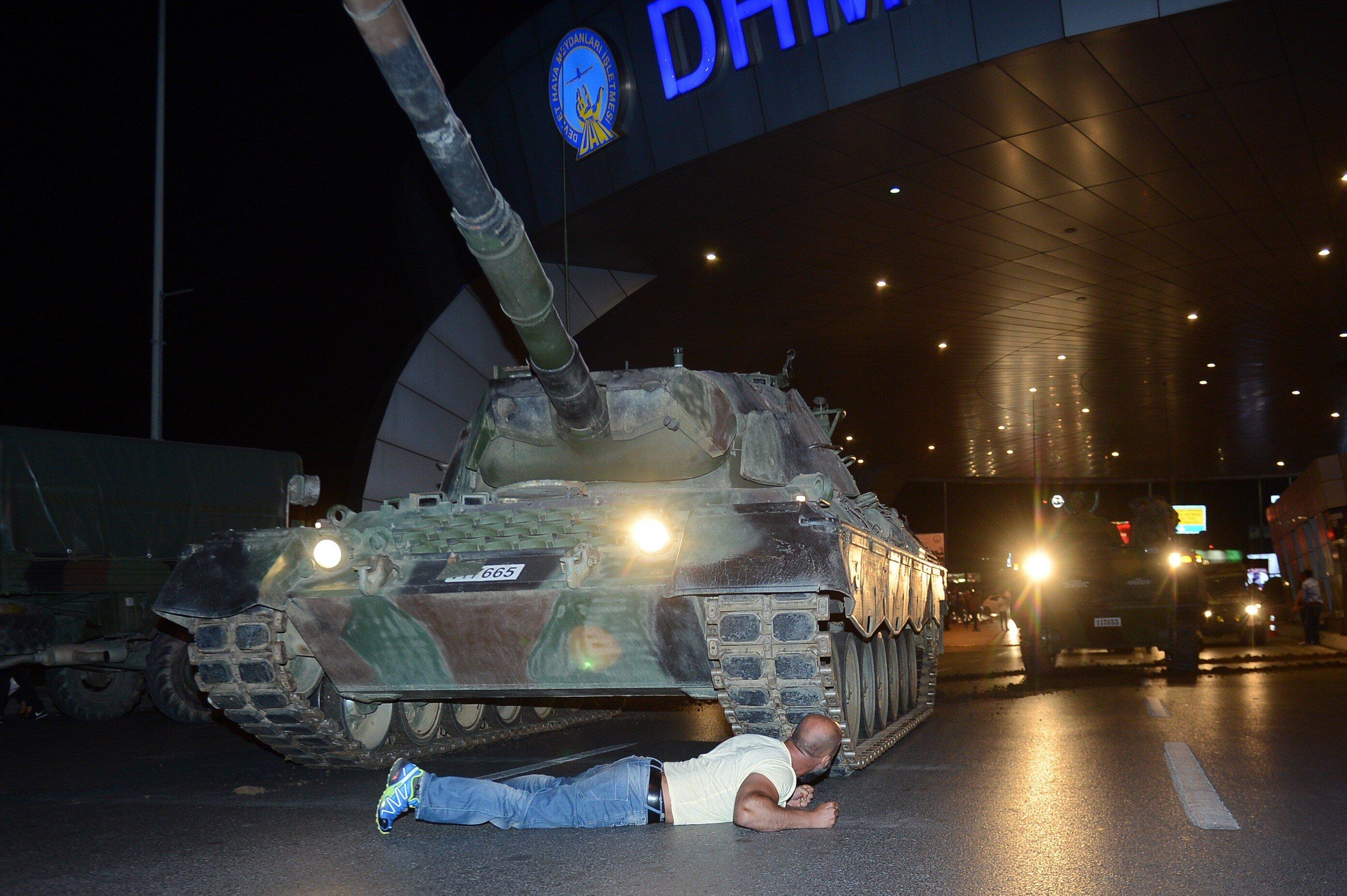 """Darbe girişimi gecesi tankın önüne yatarak sembol olan Metin Doğan, darbeci askerlerin kendisini tankın önünden çekilmezse vurmakla tehdit ettiğini, kendisinin de """"Ben Türk askeriyim, siz kimsiniz"""" diyerek karşılık verdiğini söyledi."""