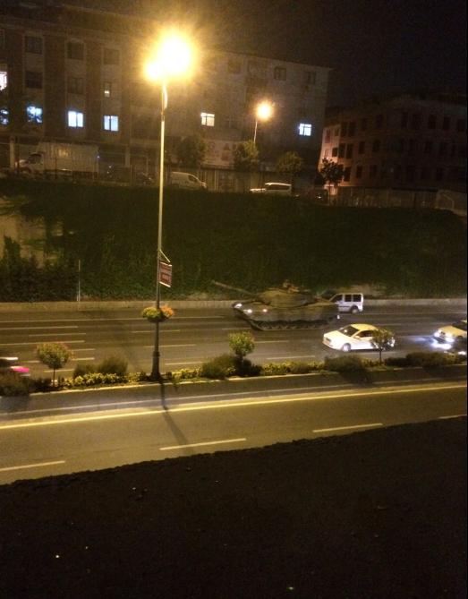 66'ncı Zırhlı Mekanize Piyade Tugay Komutanlığı'ndan çıkan 2 tank ve 5 zırhlı personel taşıyıcısı, İstanbul Emniyet Müdürlüğü'nün bulunduğu Vatan Caddesi'ne geldi.
