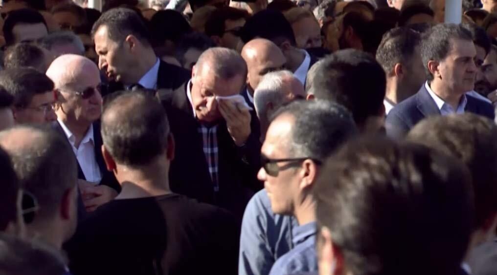 Cumhurbaşkanı Recep Tayyip Erdoğan, bölücü terör örgütü FETÖ mensuplarının darbe girişimine tepki amacıyla gittiği Boğaziçi Köprüsü'nde hayatını kaybeden Arter Ajans'ın sahibi reklamcı Erol Olçak (53) ile oğlu Abdullah Olçak (16)  ve Yeni Şafak Gazetesi foto muhabiri Mustafa Cambaz için Marmara Üniversitesi İlahiyat Fakültesi Camii'nde düzenlenen cenaze namazına katıldı.