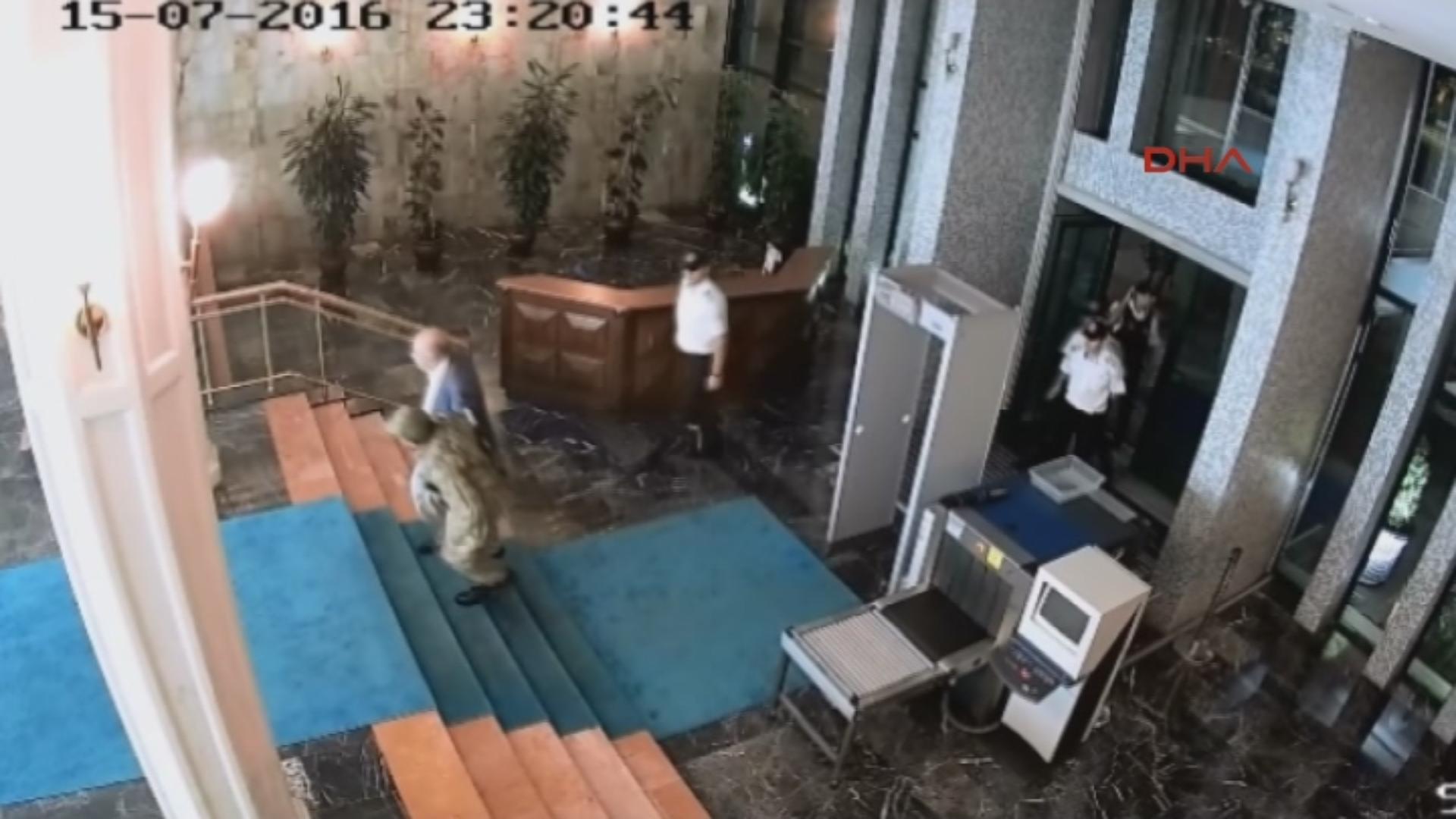 Darbeci albay ve Tunç'un belediye makam katlarının bulunduğu alana girmesi de güvenlik kameralarına yansıdı.
