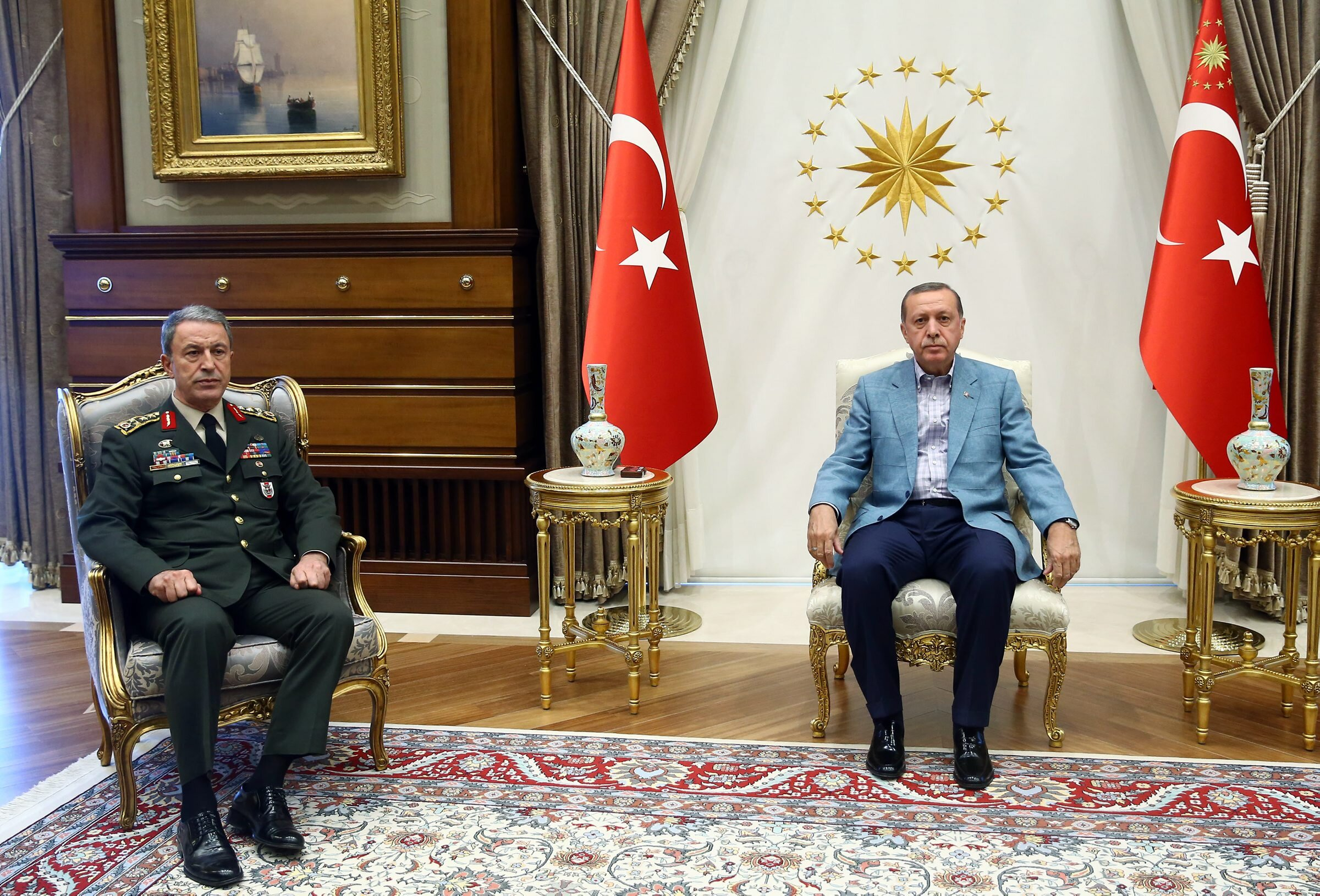 Cumhurbaşkanı Recep Tayyip Erdoğan, 15 Temmuz gecesi darbeci askerler tarafından rehin alınan Genelkurmay Başkanı Orgeneral Hulusi Akar'ı Cumhurbaşkanlığı Sarayı'nda kabul etti.