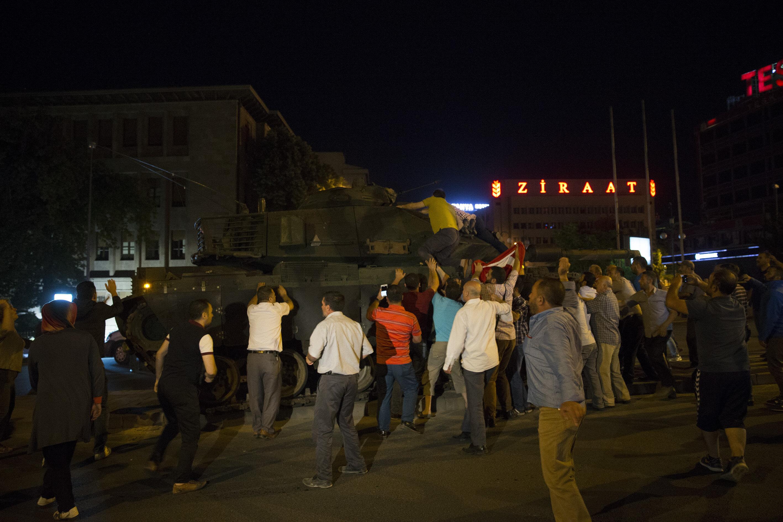 Genelkurmay karargahı önündeki vatandaşlar darbecilerin kontrolündeki tankları etkisiz hale getirmek için ilginç bir yöntem kullandı.