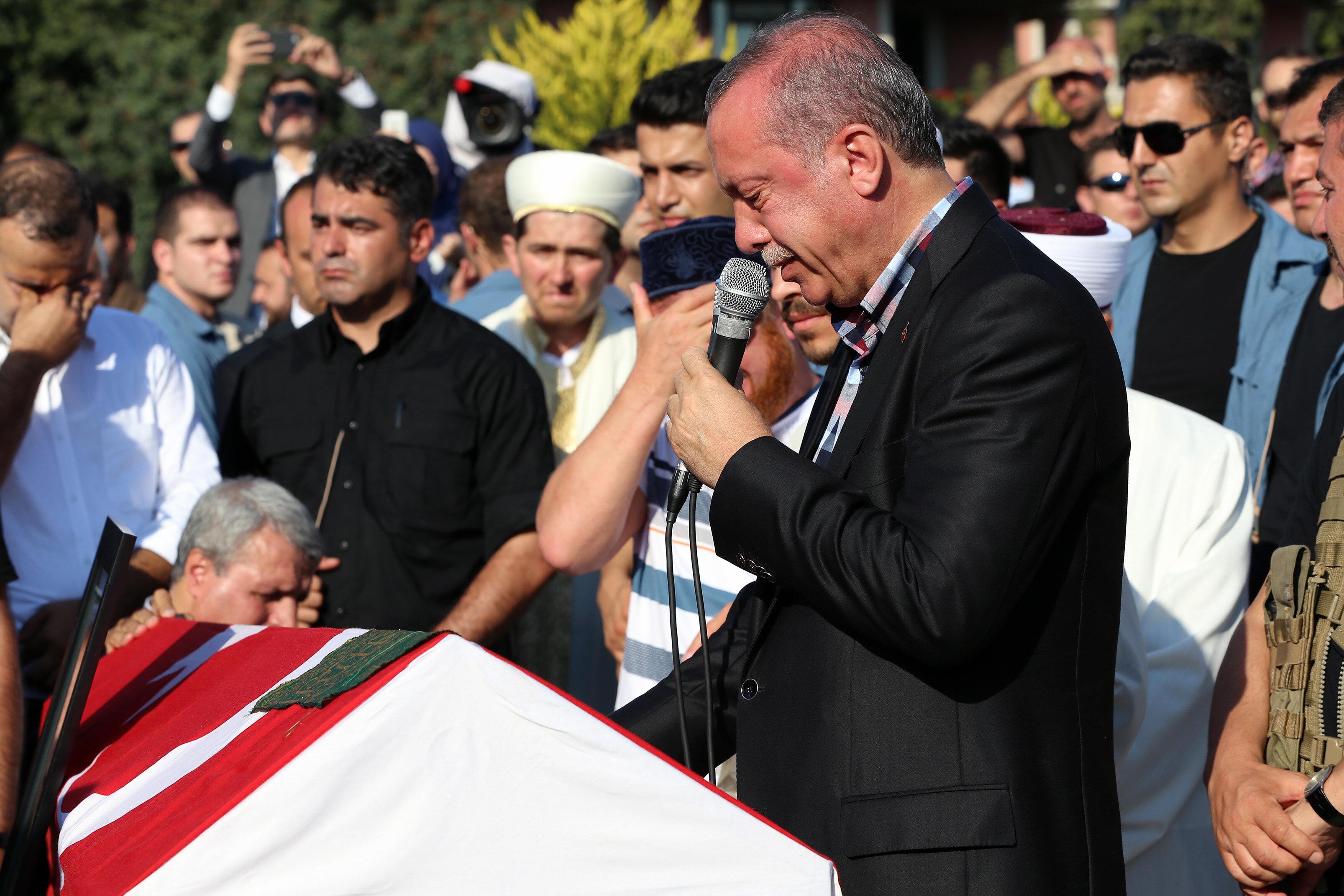 Cumhurbaşkanı Erdoğan, cenaze namazı sonrası yaptığı konuşma sırasında gözyaşlarını tutamadı.