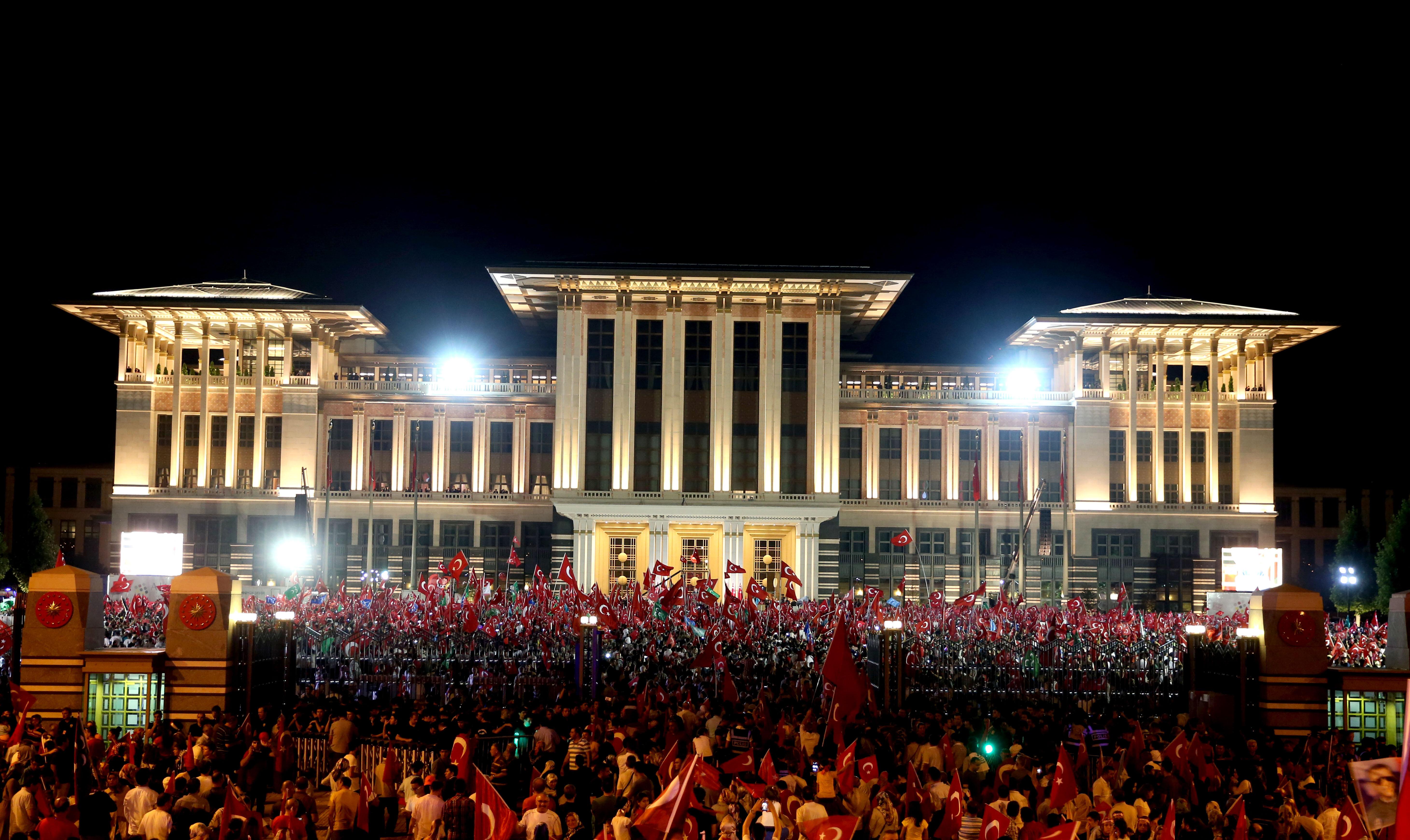 Demokrasi nöbetinin son gününde Cumhurbaşkanlığı Külliyesinin bahçesinde vatandaşlara seslendi.