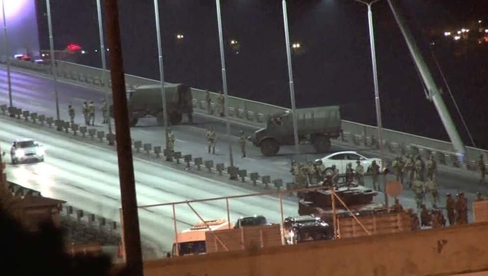 Darbeci askerler kalabalığın üzerine ateş ederken Beylerbeyi girişinden ters yönden bir tank ve zırhlı araç hızla köprüye girdi.