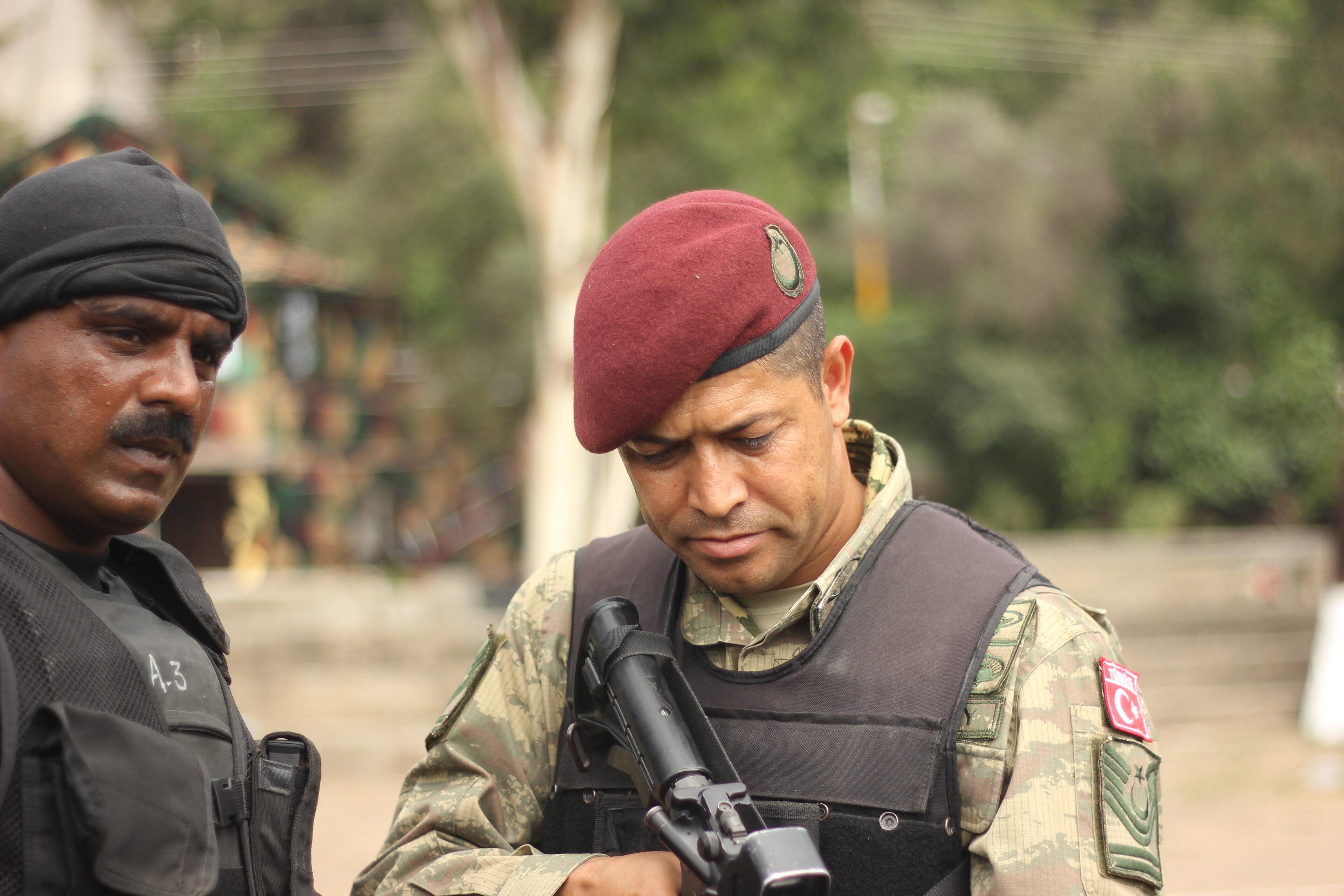 ÖKK mensubu bir uzman çavuş tarafından kaydedilen görüntülerde, kahraman astsubayın birbirinden farklı silah ve teçhizat kullandığı görülüyor.