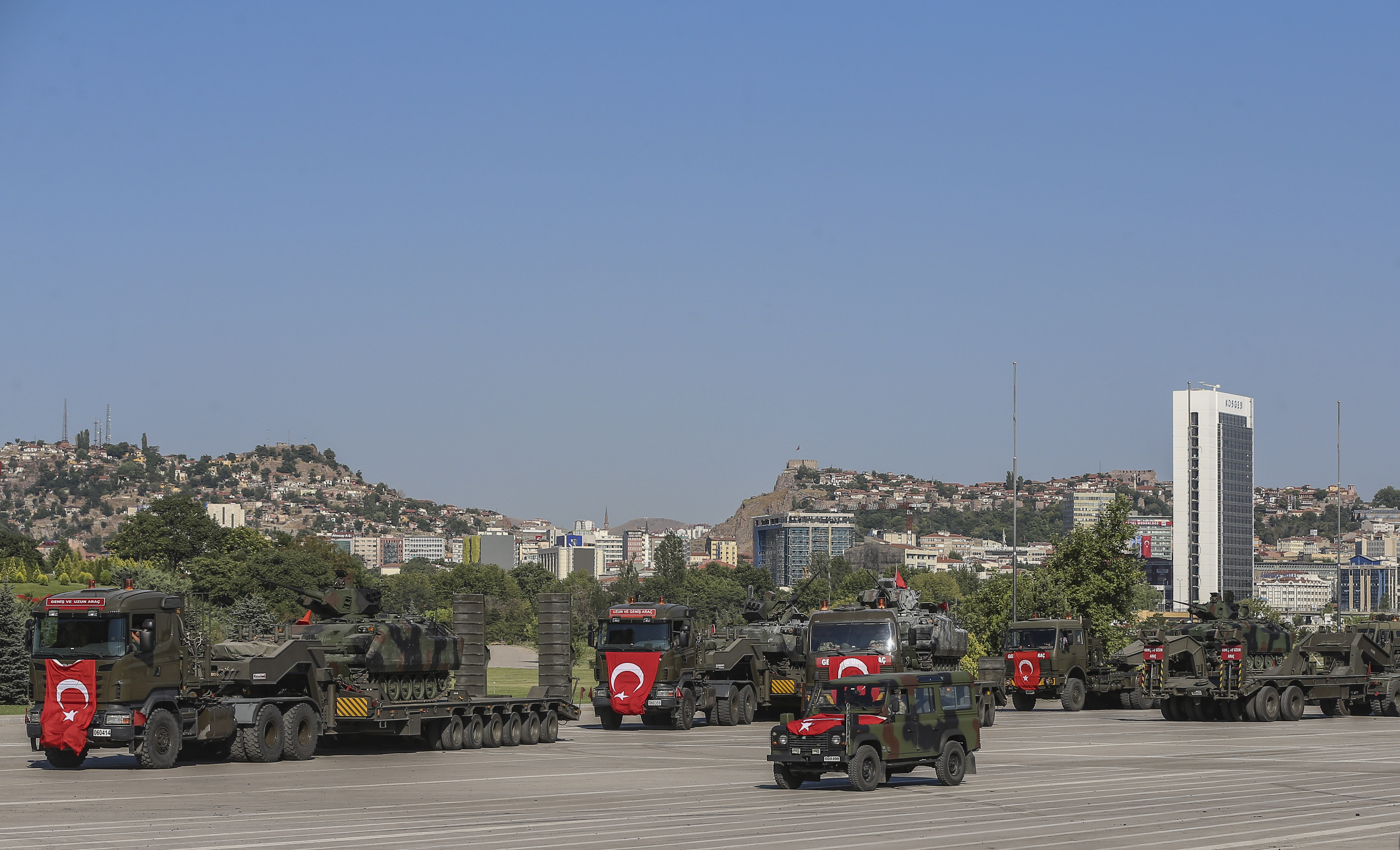 Örgüt mensuplarınca darbe girişiminde kullanılan Ankara Emniyet Müdürlüğü'nün bahçesindeki tanklar, askeri tırlarla kışlaya çekildi.