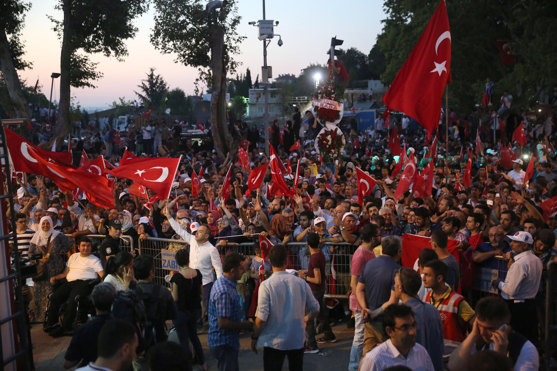 Cumhurbaşkanlığı konutu önünde ellerinde Türk bayraklarıyla toplanan vatandaşlar.