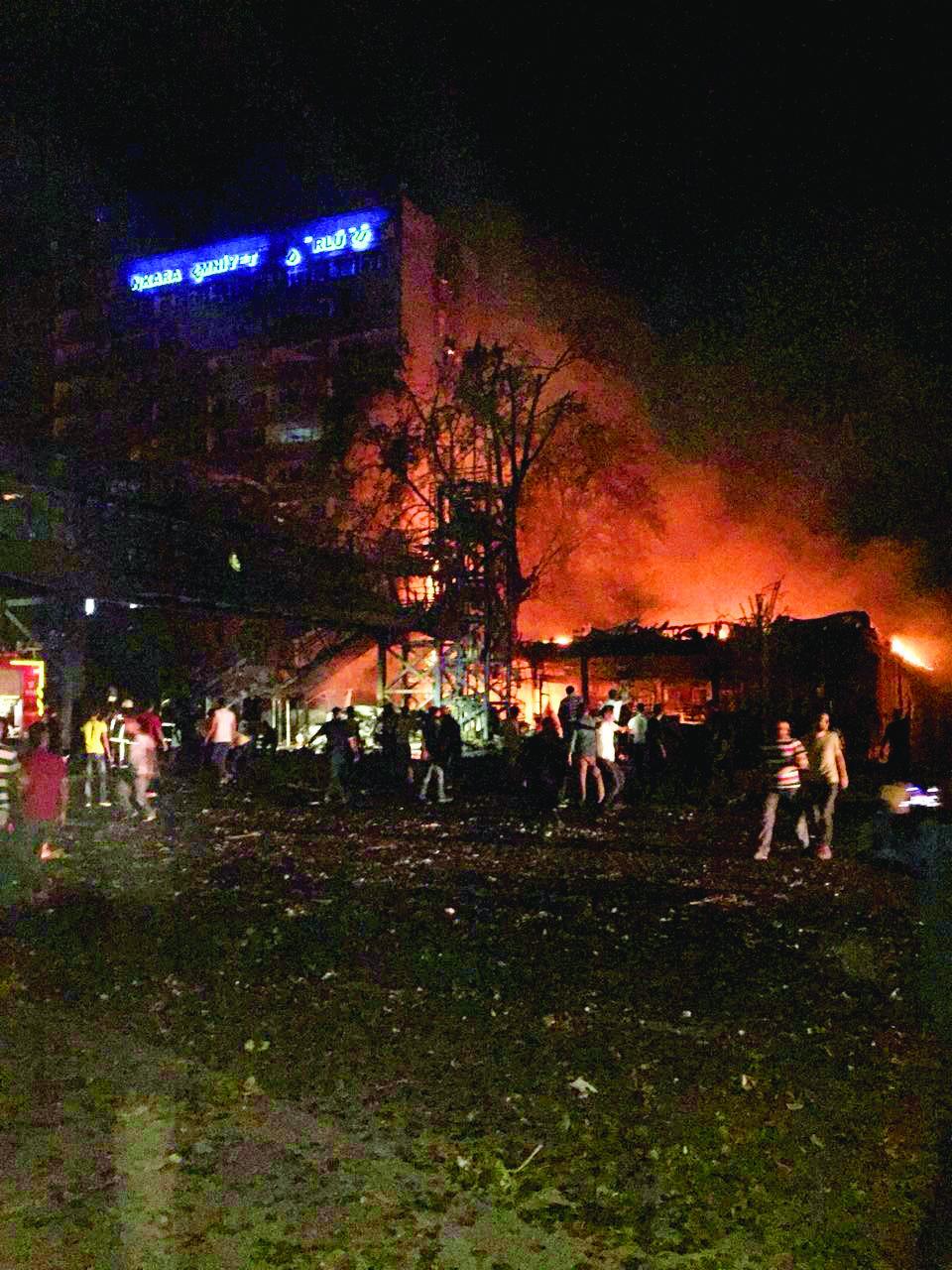 Darbeci askerlerin kontrolündeki bir F-16 emniyeti havadan bombalarken, tank ve süper kobra helikopterlerle ateş altına alındı.