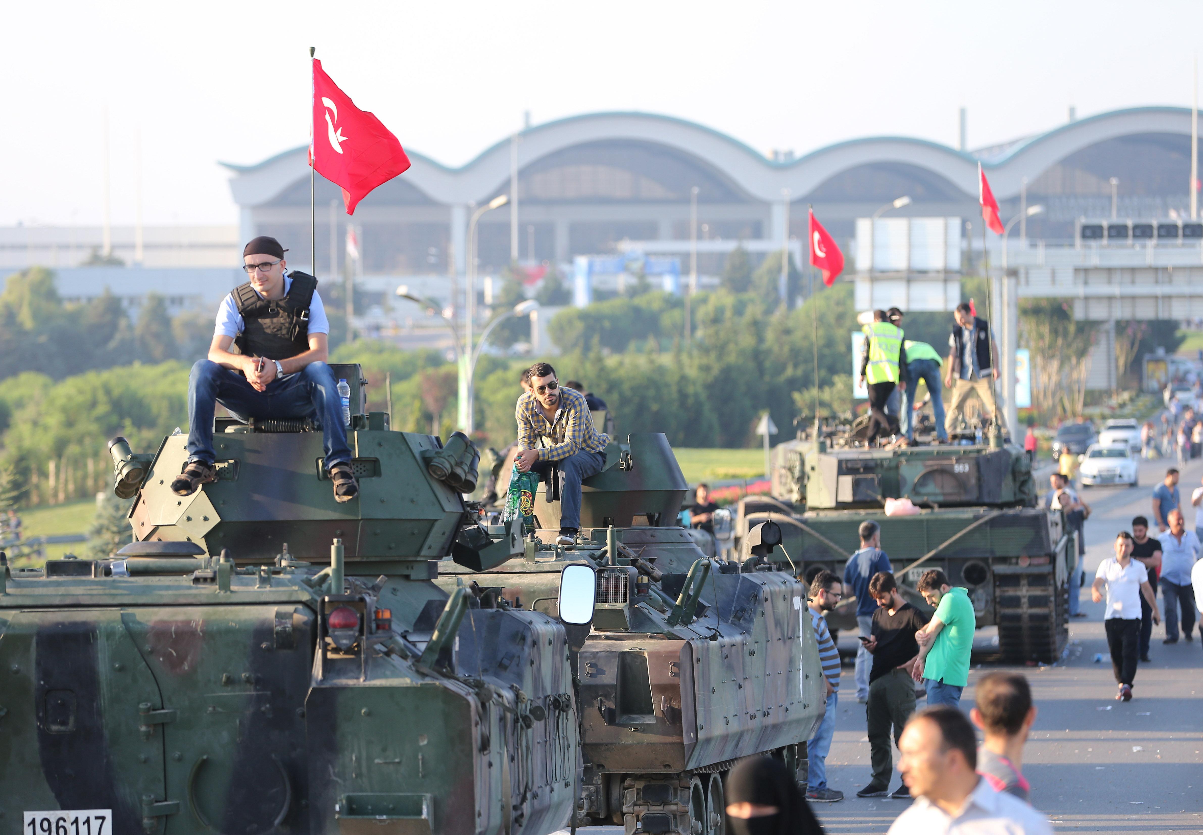 Sabiha Gökçen Havalimanı'nı ele geçirmek isteyen darbeci askerlerin getirdiği tanklar polis kontrolüne alındı.