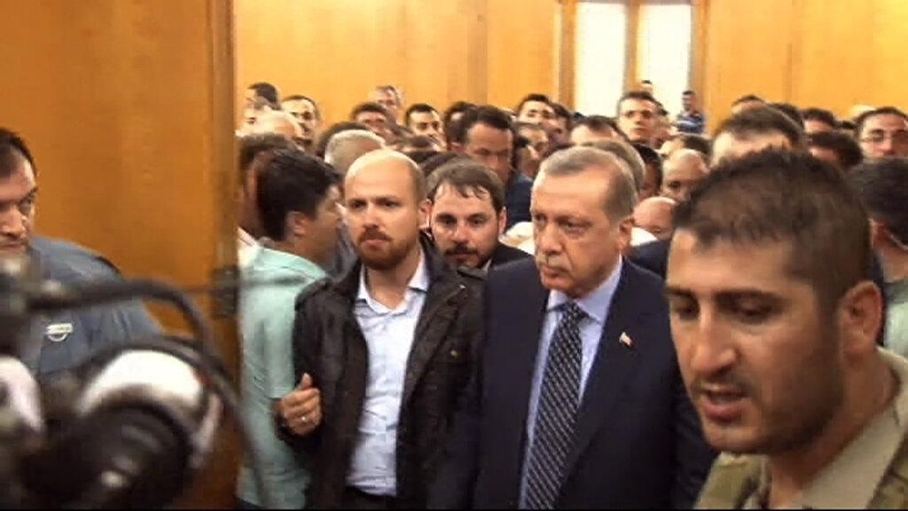Erdoğan, Atatürk Havalimanı Devlet Konukevi'nde kendisini bekleyen yüzlerce kişi tarafından karşılandı.