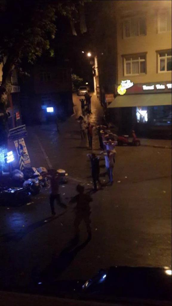Darbeci askerler tarafından rehin alınan vatandaşlar elleri kafalarının arkasında birleştirilmiş ve tek sıra halinde Çengelköy sokaklarında böyle yürütüldü.
