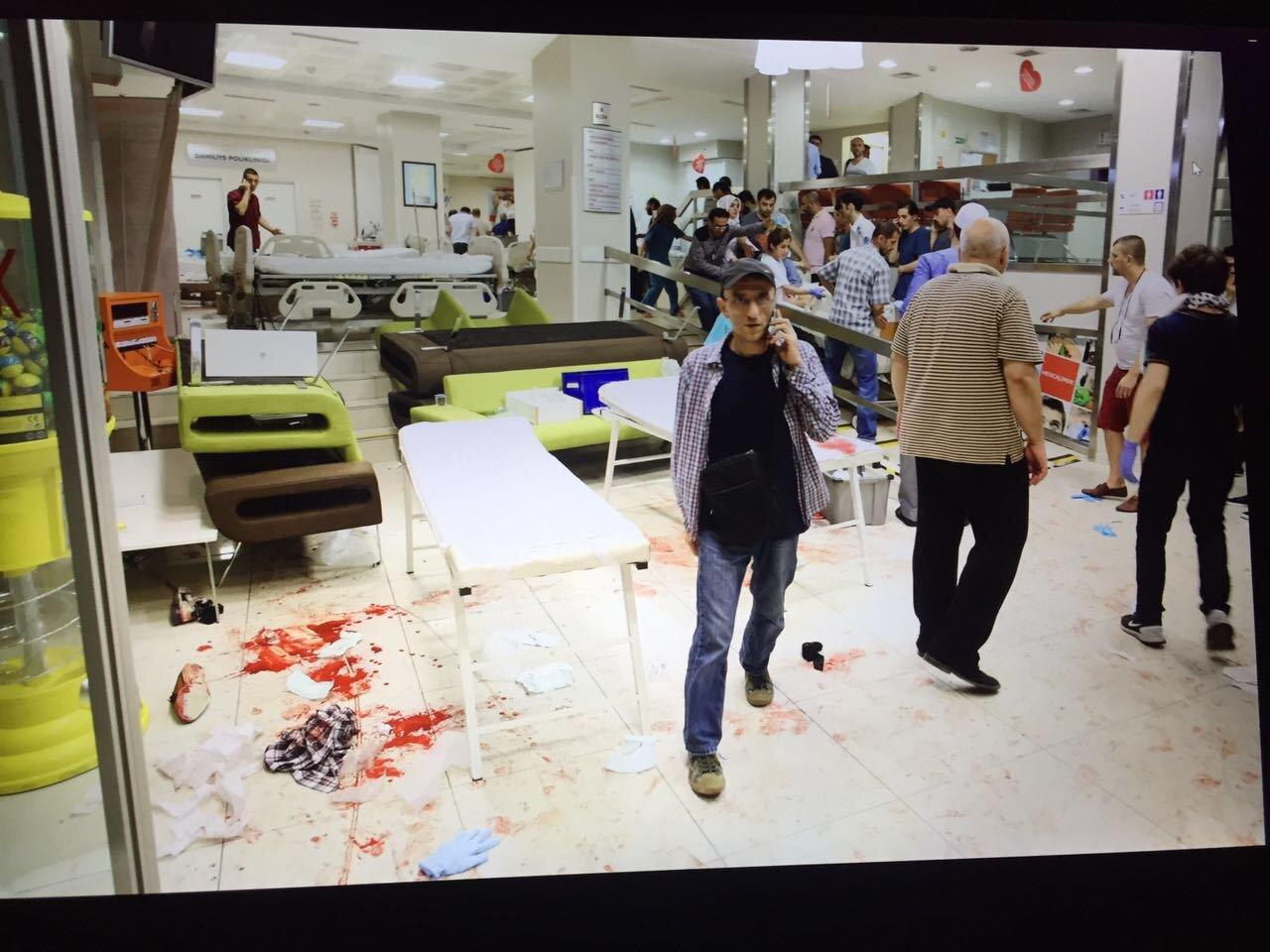 Снимок, сделанный в больнице, в которой находились пострадавшие и раненые, в результате огня, открытого путчистами перед зданием АГС.