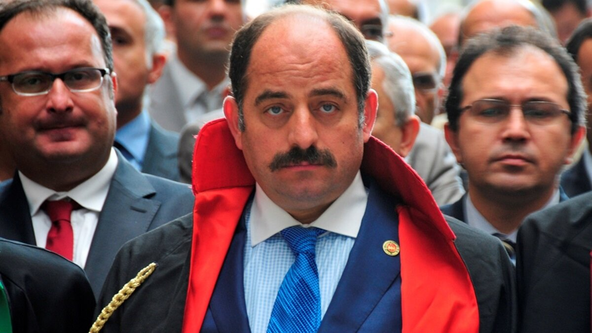 Zekeriya Öz: Born in Bursa in 1968 . He became a prosecutor in 1997 andinitiated the Ergenekon investigation in 2008. He was one of the leading FETÖ figures in the judiciary. He fled abroad after a Supreme Board of Judges and Prosecutors investigation.