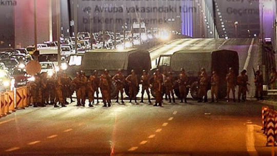 Putschists closed the Fatih Sultan Mehmet Bridge to traffic