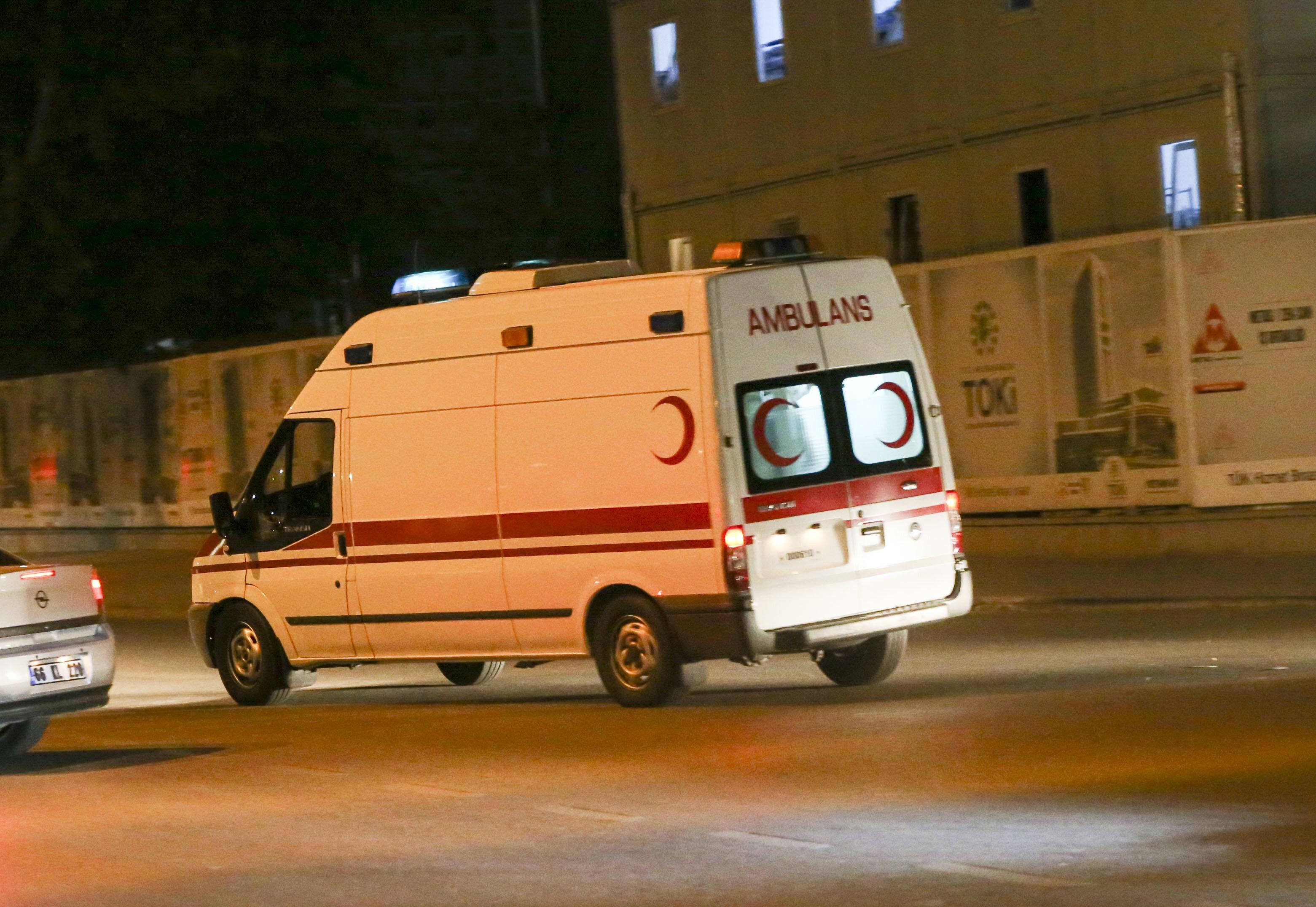Karargahın önüne ambulanslar gelmeye başladı.