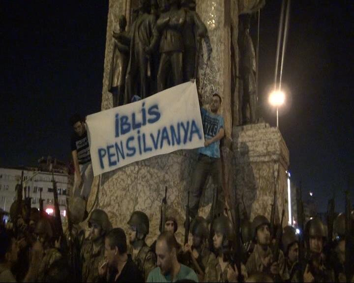 """The Republic Monument, which was surrounded by traitors on the night of July 15, was attacked by coup soldiers. Two people managed to climb to the top of the monument and unfurled the banner, """"Evil Pennsylvania."""""""