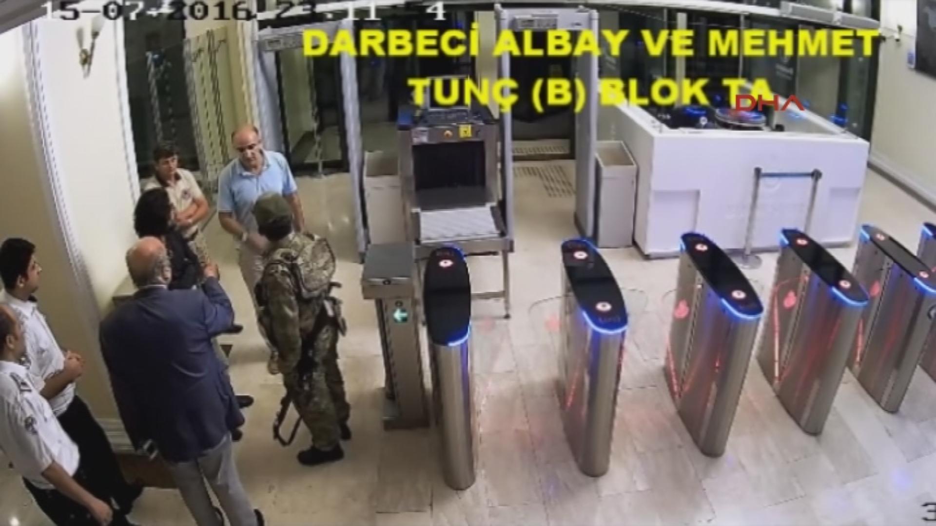 İBB Civil Defense Secretary Mehmet Tunç welcomed coup soldiers at the door.
