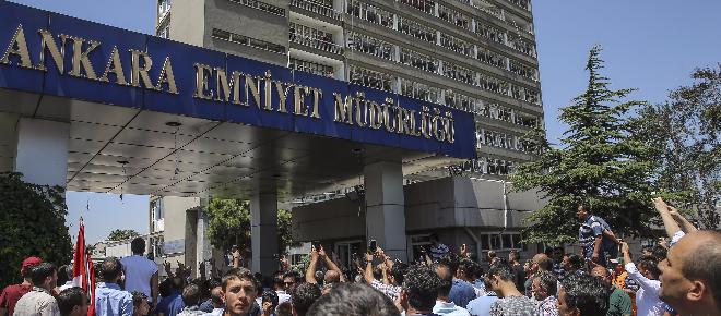 Yakalanan darbeciler Ankara Emniyet Müdürlüğü'ne getirildi