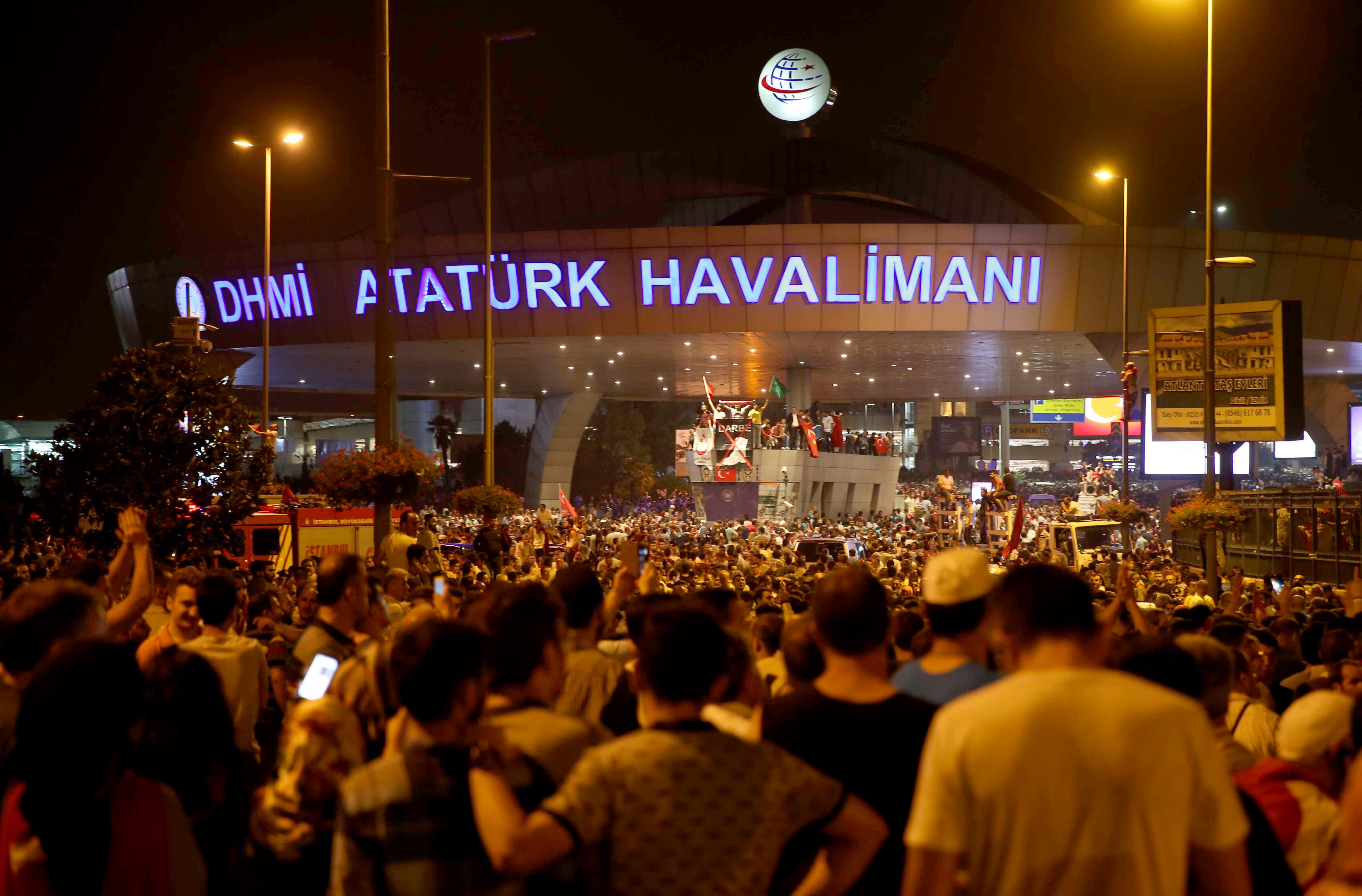 Binlerce kişi Cumhurbaşkanı Recep Tayyip Erdoğan'ın çağrısı üzerine Atatürk Havalimanı'na doğru yürüyüşe geçti.