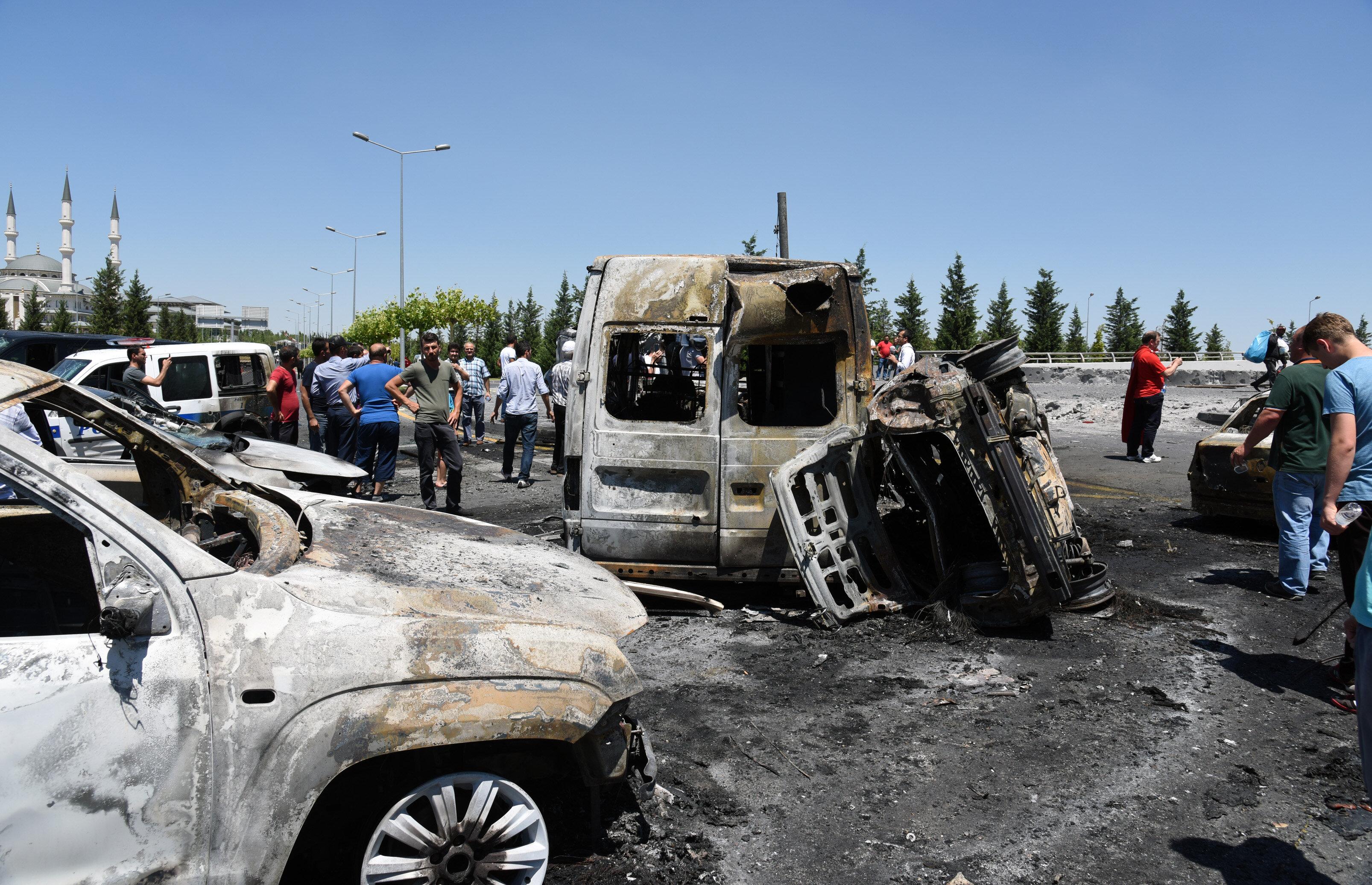 Külliye önünde bulunan araçlar ağır hasar gördü.