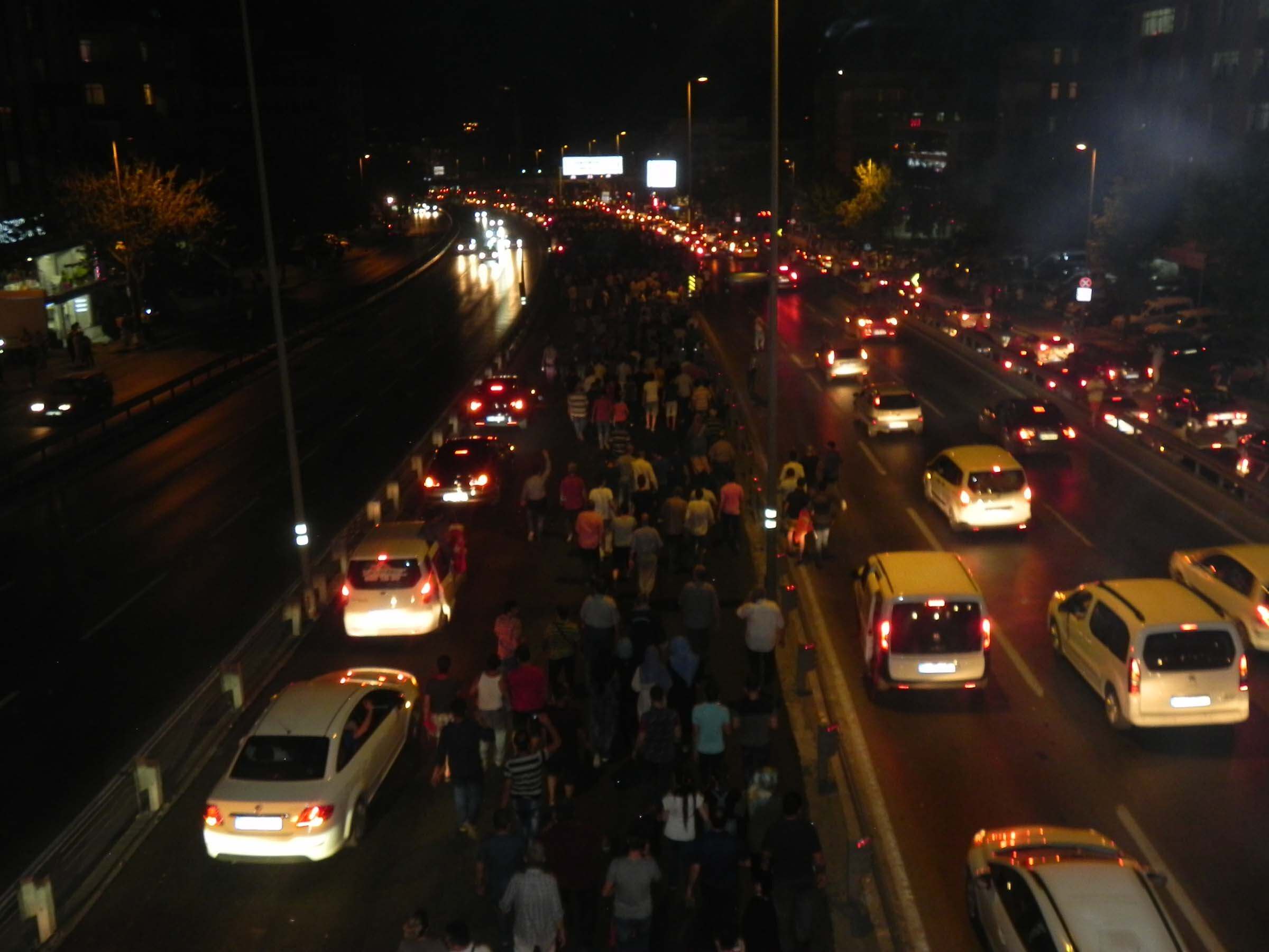 Upon the call from President Recep Tayyip Erdoğan, thousands of citizens began marching toward Atatürk Airport.