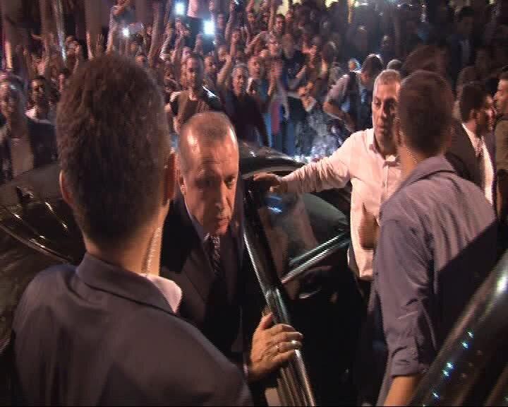 Cumhurbaşkanı Erdoğan, saat 03.15'te Atatürk Havalimanı'na geldi.
