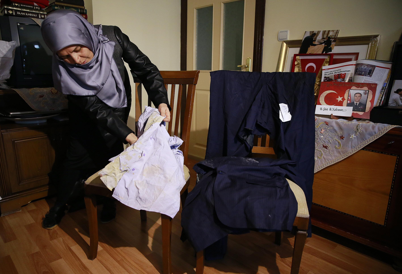 Şahnaz Aydın, eşinin o gece üzerinde olan elbiselerini gösterdi.