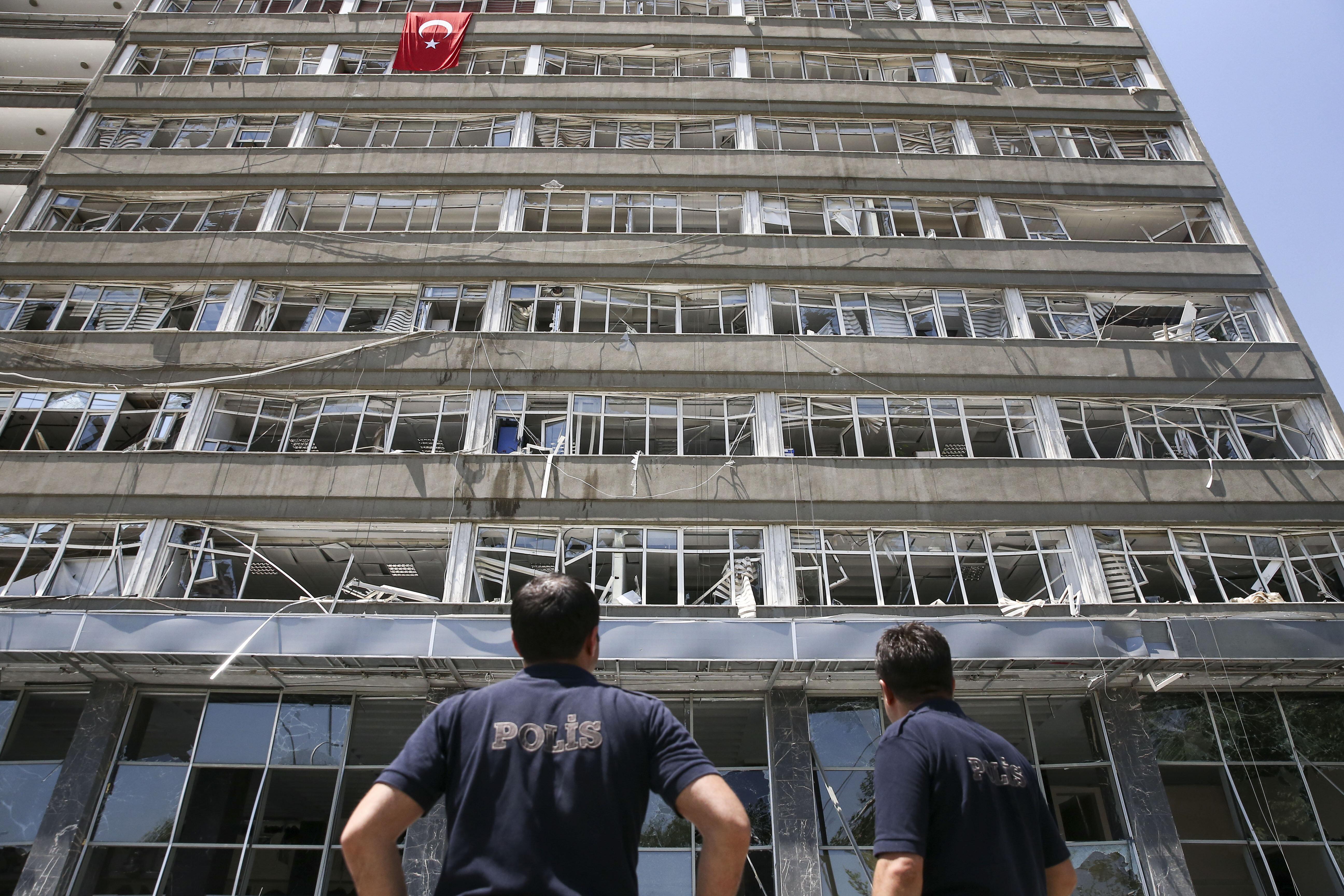 Darbeciler 2 polisi şehit etti, 13 polis ise yaralandı.