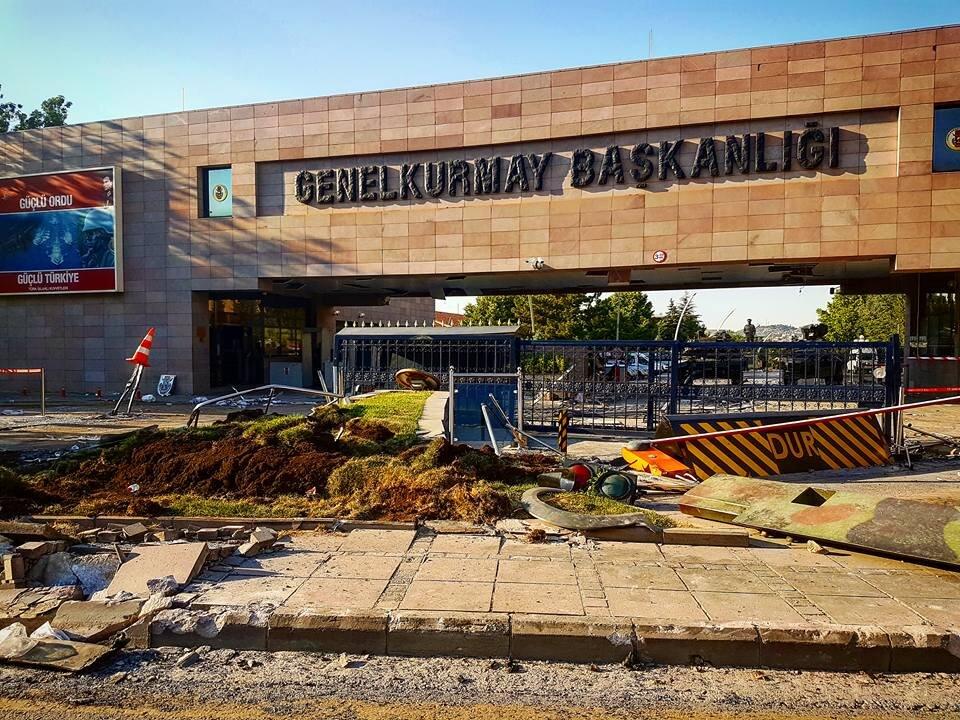 Operasyon hazırlığı çerçevesinde Genelkurmay'ın çevresi boşaltıldı. Siviller, gazeteciler bölgeden uzaklaştırıldı.