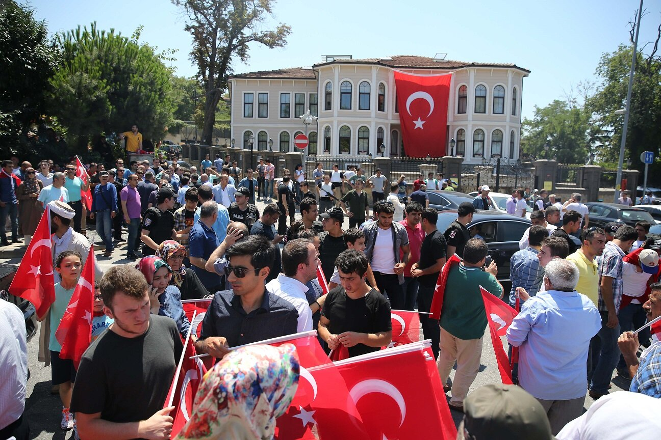 The crowd in front of the presidential residence.