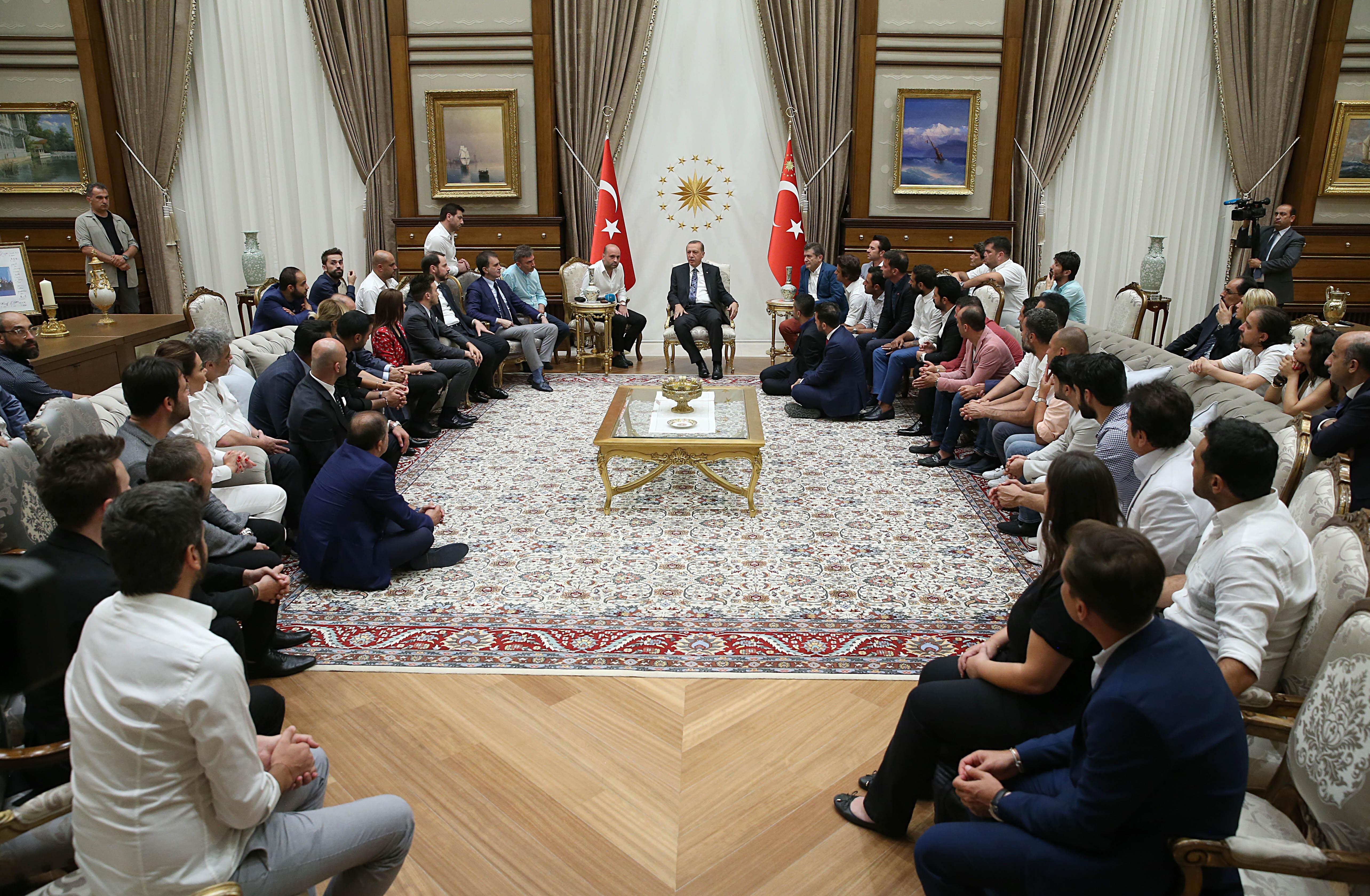 Cumhurbaşkanı Recep Tayyip Erdoğan 28 Temmuz tarihinde Beştepe Millet Camisi önünde vatandaşlarla bir araya gelen sanatçı, oyuncu, radyocu ve sporcuları Cumhurbaşkanlığı Külliyesi'nde kabul etti.