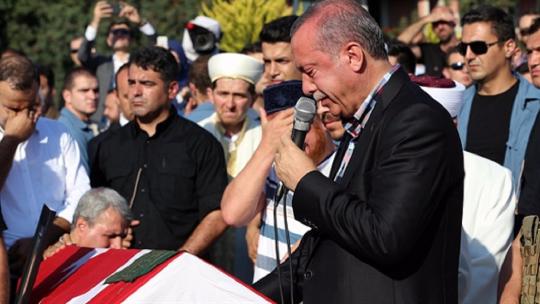Нес мог сдержать слёзы на похоронах Ерола Олчока и Мустафы Джамбаза