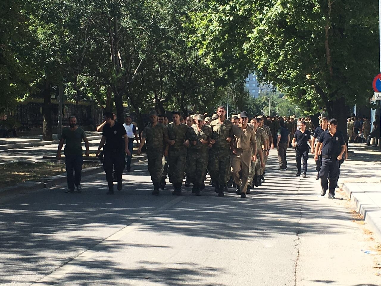 Bölgeye özel harekat ve özel kuvvetlerden askerler getirildi. Bu hazırlıkların ardından polis Genelkurmay karargahına girdi.