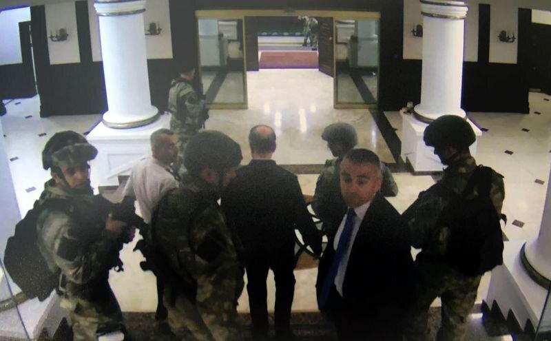 Orgeneral Hulusi Akar'ın yaveri Yarbay Levent Türkkan, Emir Subay Yardımcısı Yüzbaşı Serdar ve Özel Kuvvetlerde görevli silahlı askerler Org. Akar'ın çalıştığı odaya girdi.