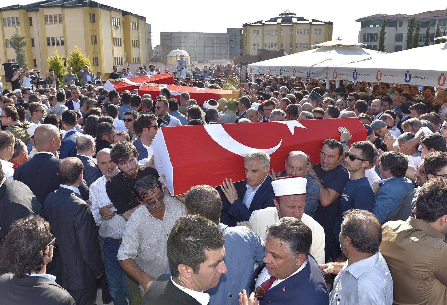Burada kılınan cenaze namazının ardından Cambaz'ın naaşı Çengelköy Mezarlığına defnedildi.