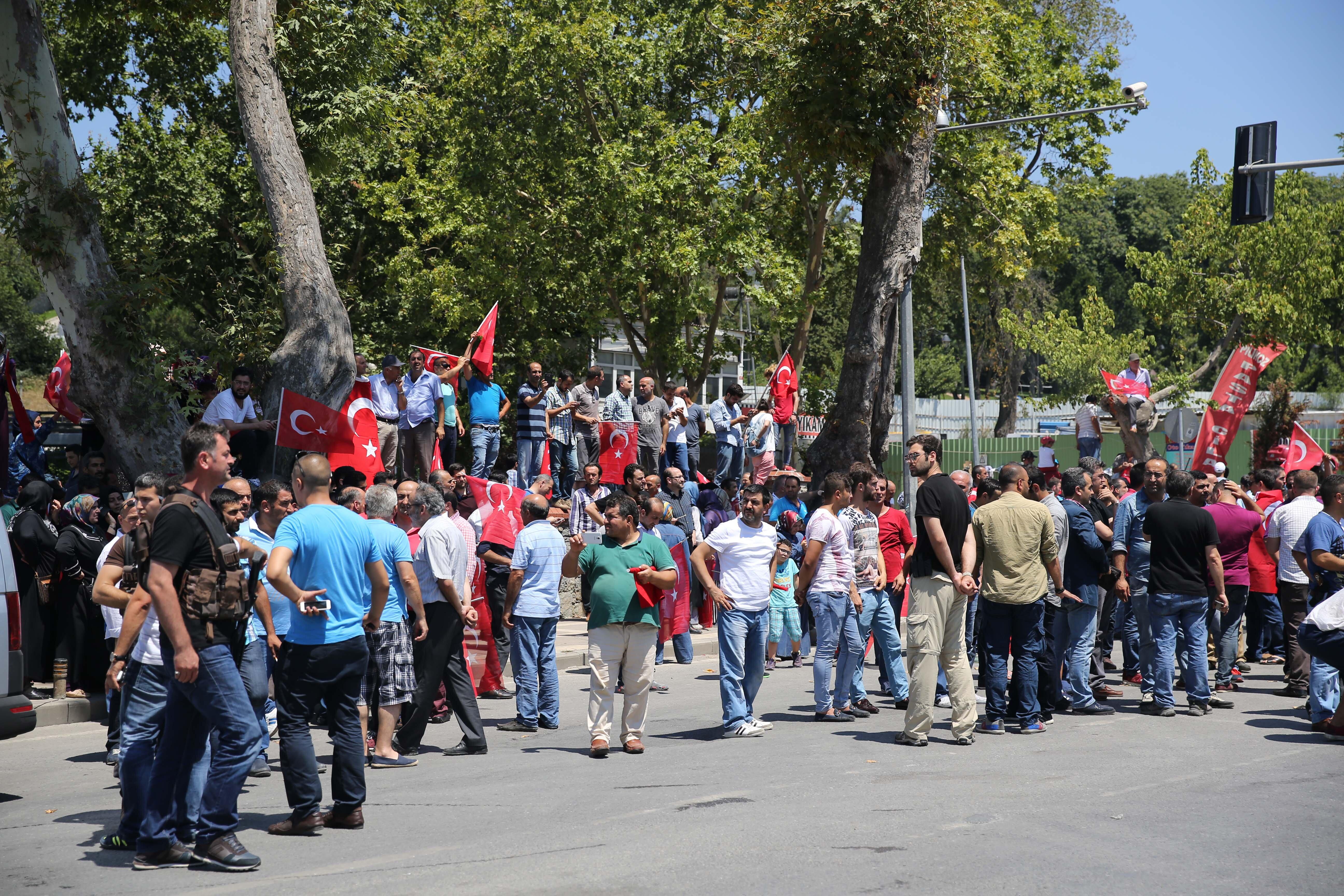 Cumhurbaşkanlığı konutu önünde toplanan vatandaşlar.