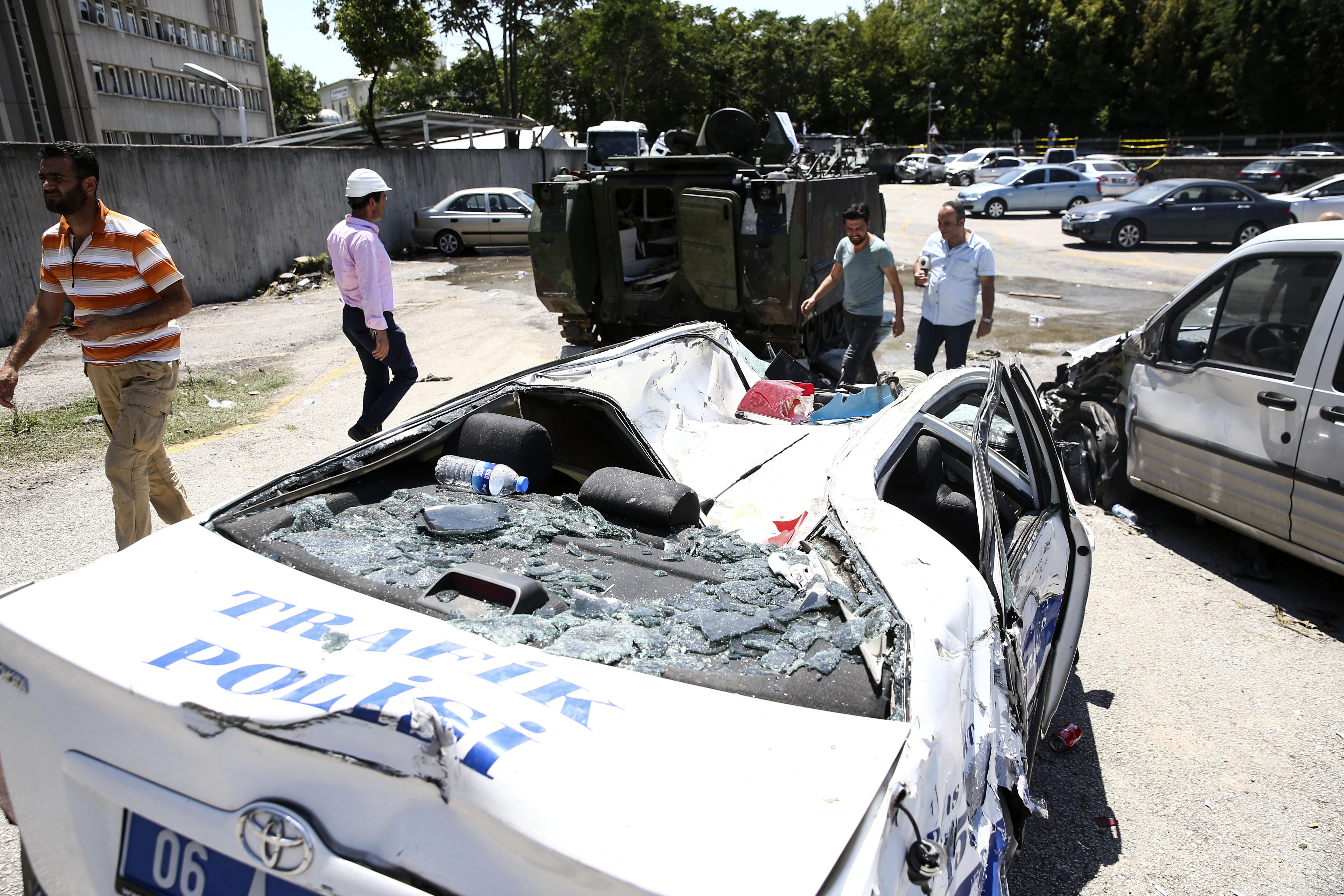 Tanklar ile otoparkta bulunan araçların üzerinden geçildi.