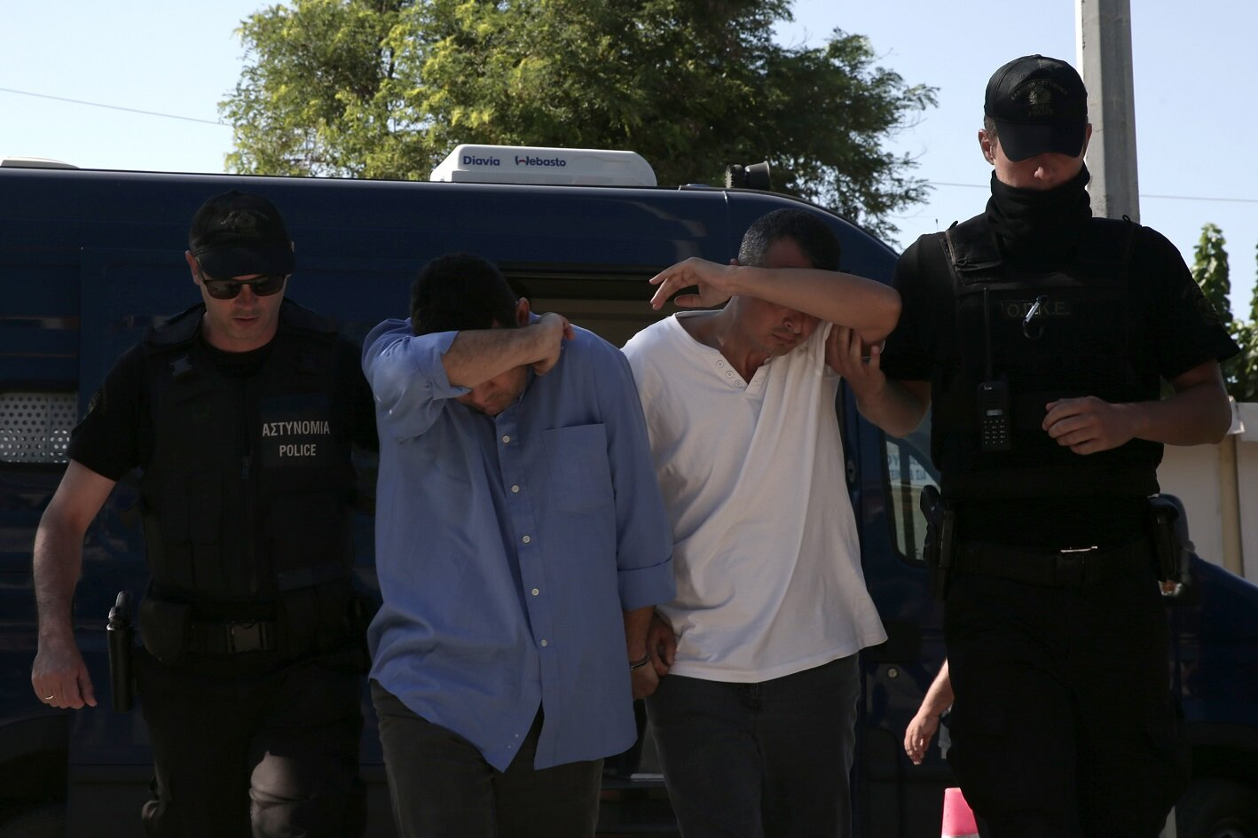 3Police escorted the eight coup soldiers who escaped to Greece after the FETÖ coup attempt failed in handcuffs to court in Alexandroupoli.