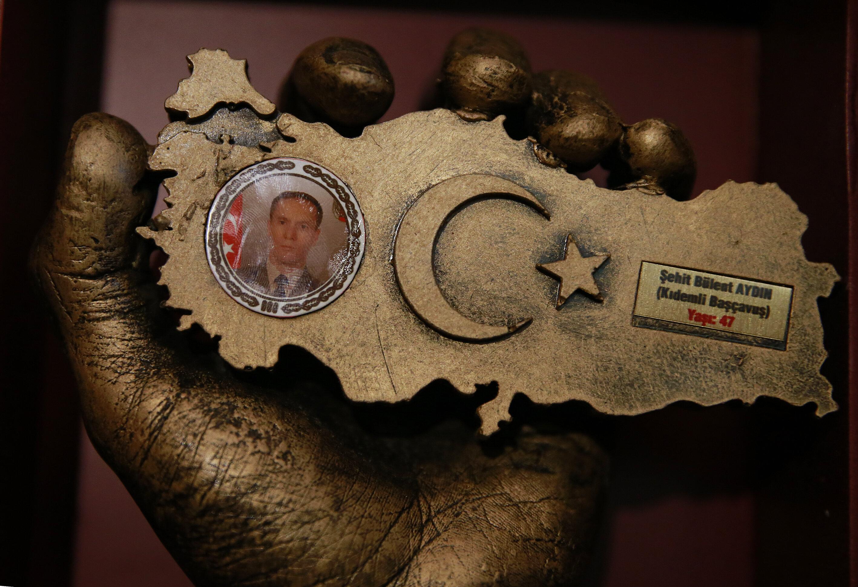 Fotoğrafta, şehit Bülent Aydın anısına eşi Şahnaz Aydın'a hediye edilen bir plaket görülüyor.
