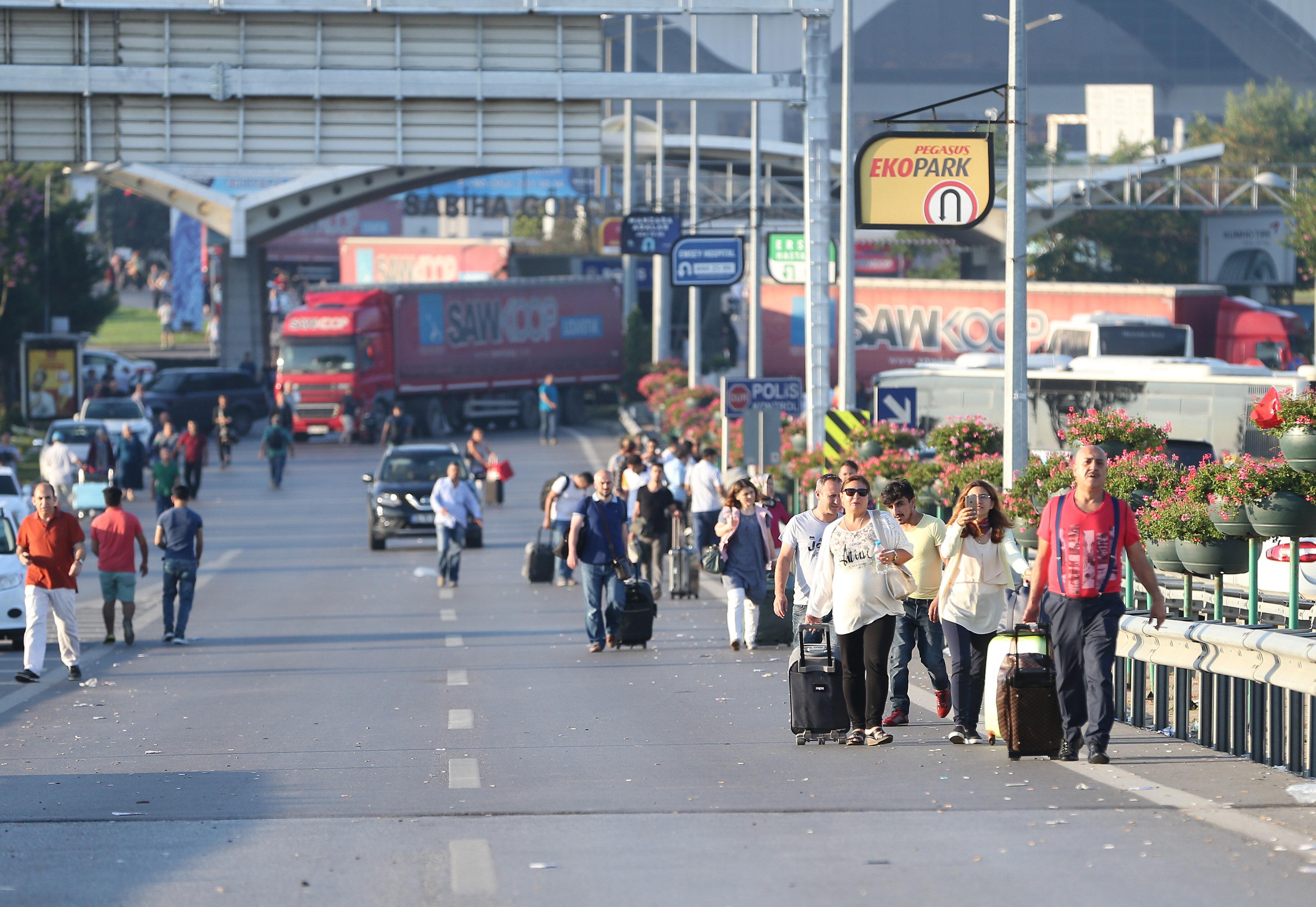Havalimanında uçuşların iptal olması nedeniyle vatandaşlar valizleriyle bölgeden uzaklaşmaya başladı.